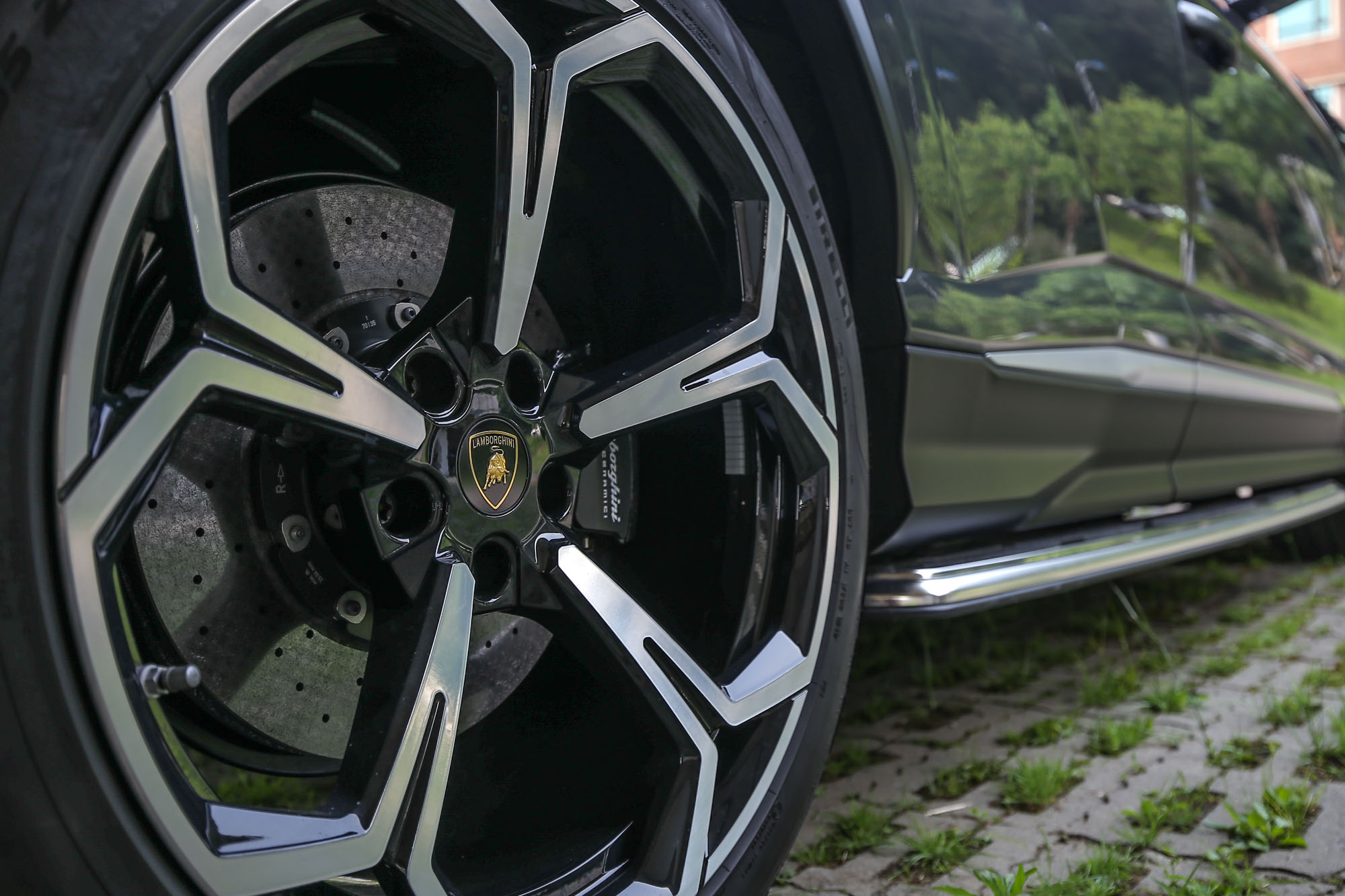 升級至22吋的胎圈規格,大方的展示裏頭的陶瓷碳纖維煞車系統,更是宣揚制動性能的最佳舞台。