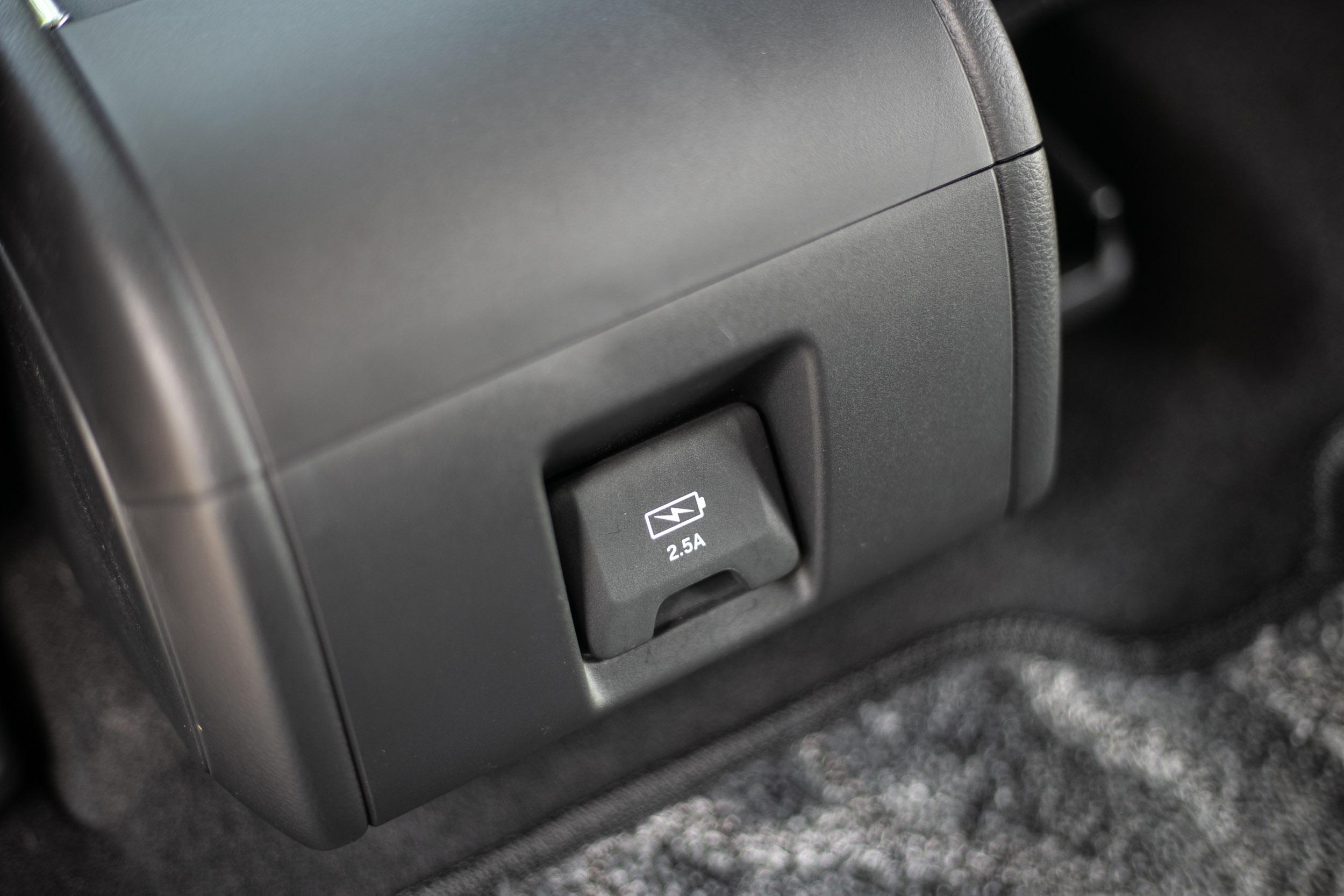 中央扶手後側另有兩個 USB 充電座。