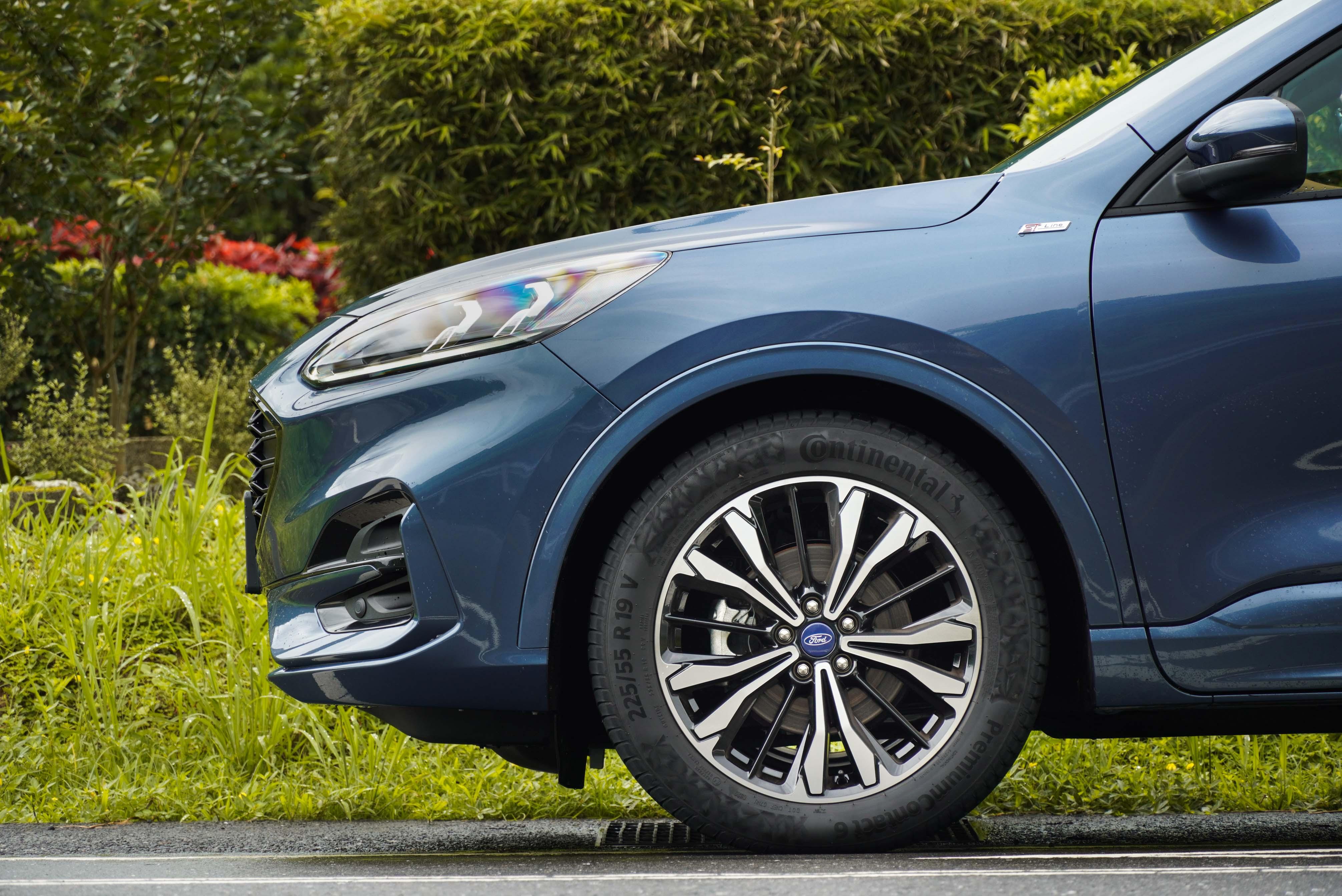 Kuga ST-Line 標配 19 吋輪圈搭配 Pirelli Scorpion Verde 輪胎,原廠提供 2 萬元優惠價換裝 Continental Premium Contact 6 輪胎。