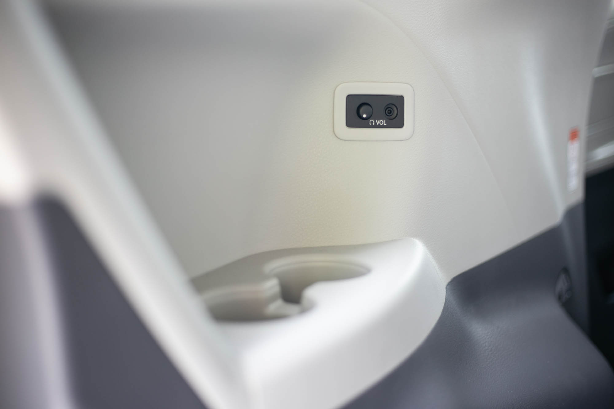 第三排左側的置杯架與耳機孔。