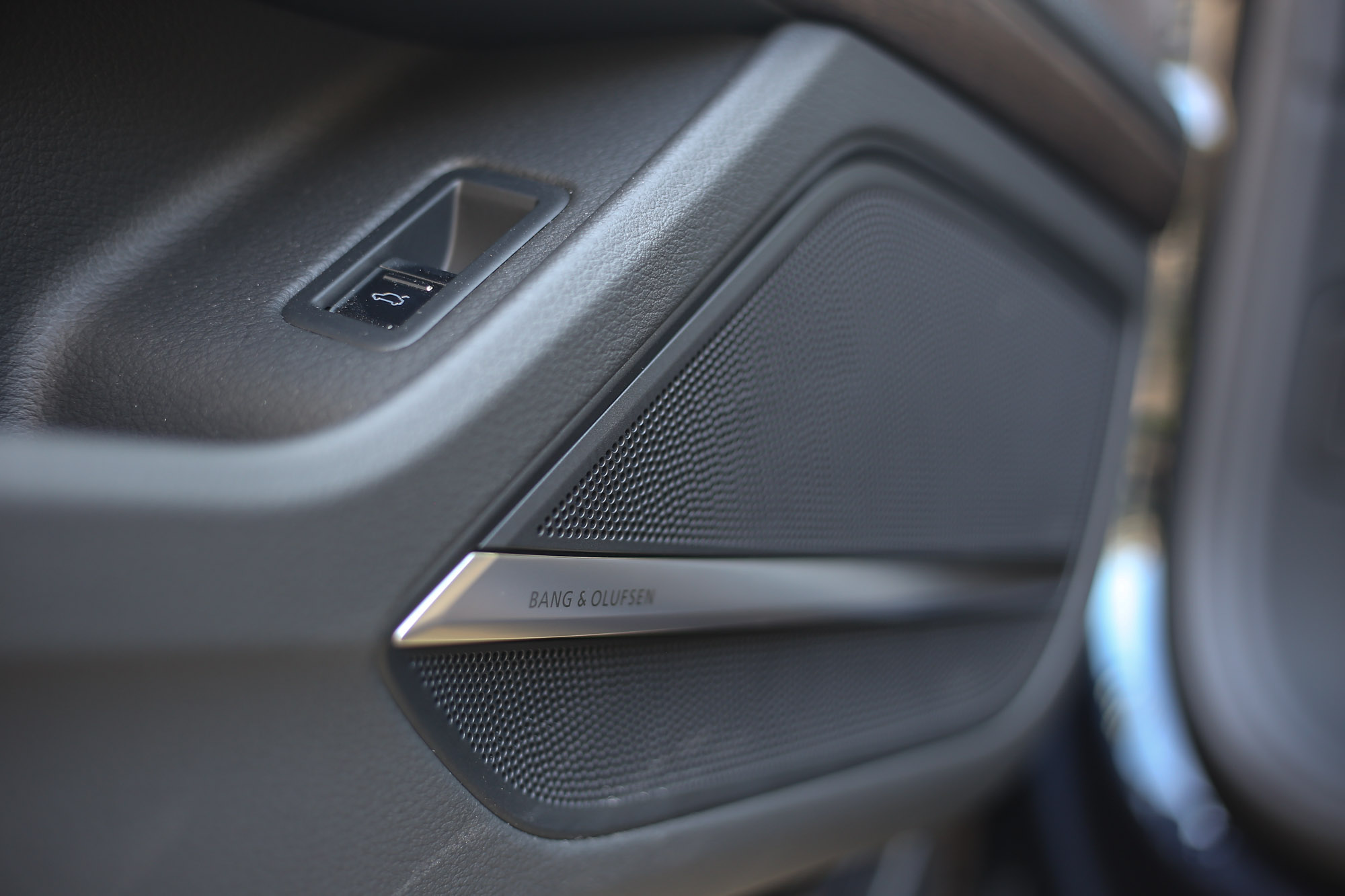 試駕車標配 Bang & Olufsen 3D 16 聲道環繞音響系統 ( 17 支喇叭 )。