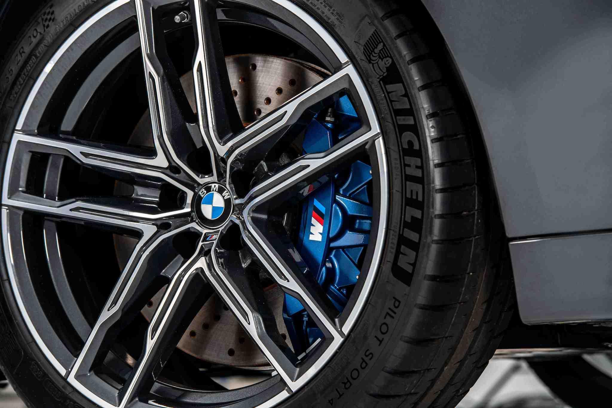 全新 BMW M5 Racing Package 標準配備 20 吋 M 雙輻式輪圈、M 複合式煞車系統與藍色卡鉗。