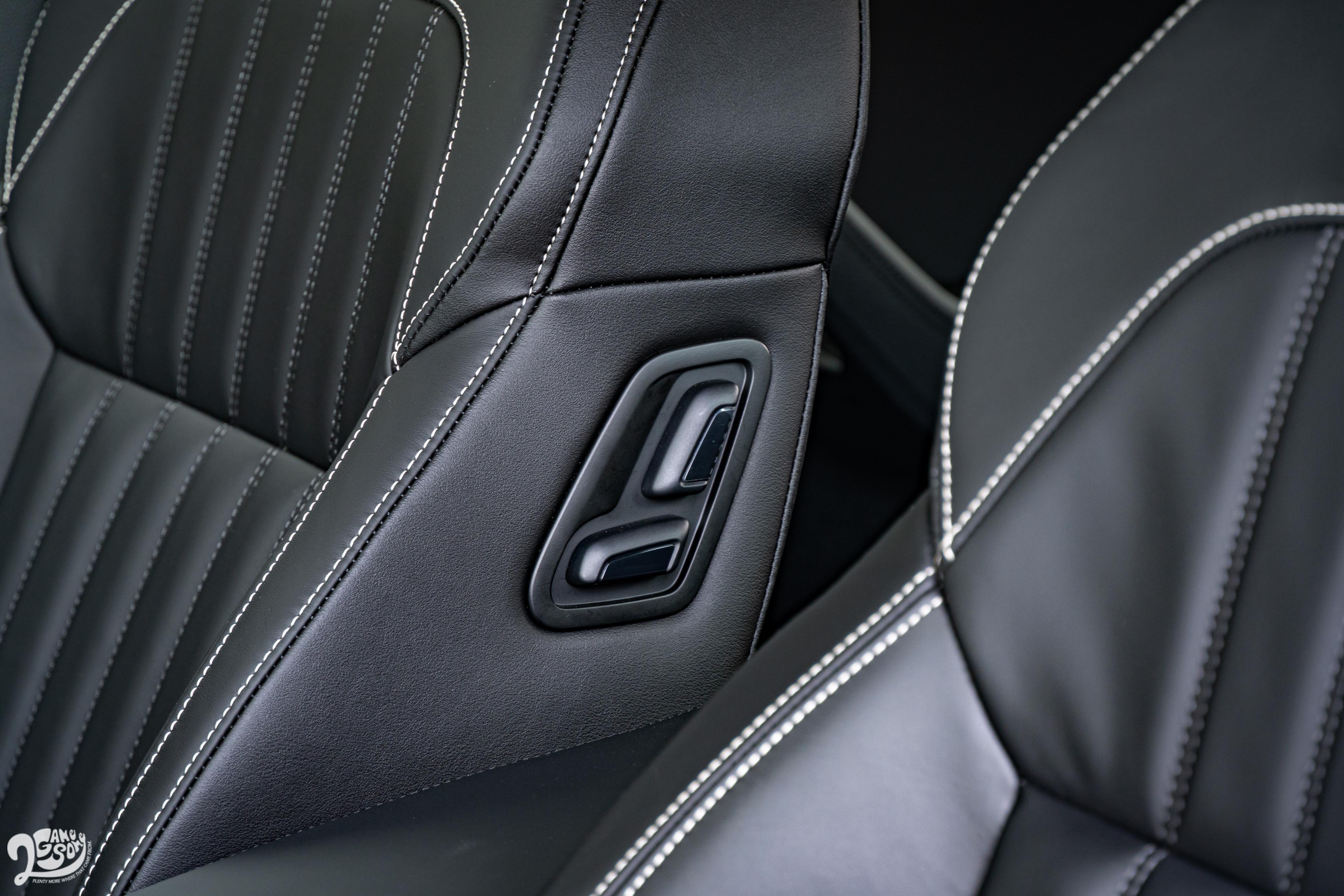 若是身處傳統的「主管位置」,還可以讓司機從副駕椅背調整前座位置,替你最大化乘坐空間。