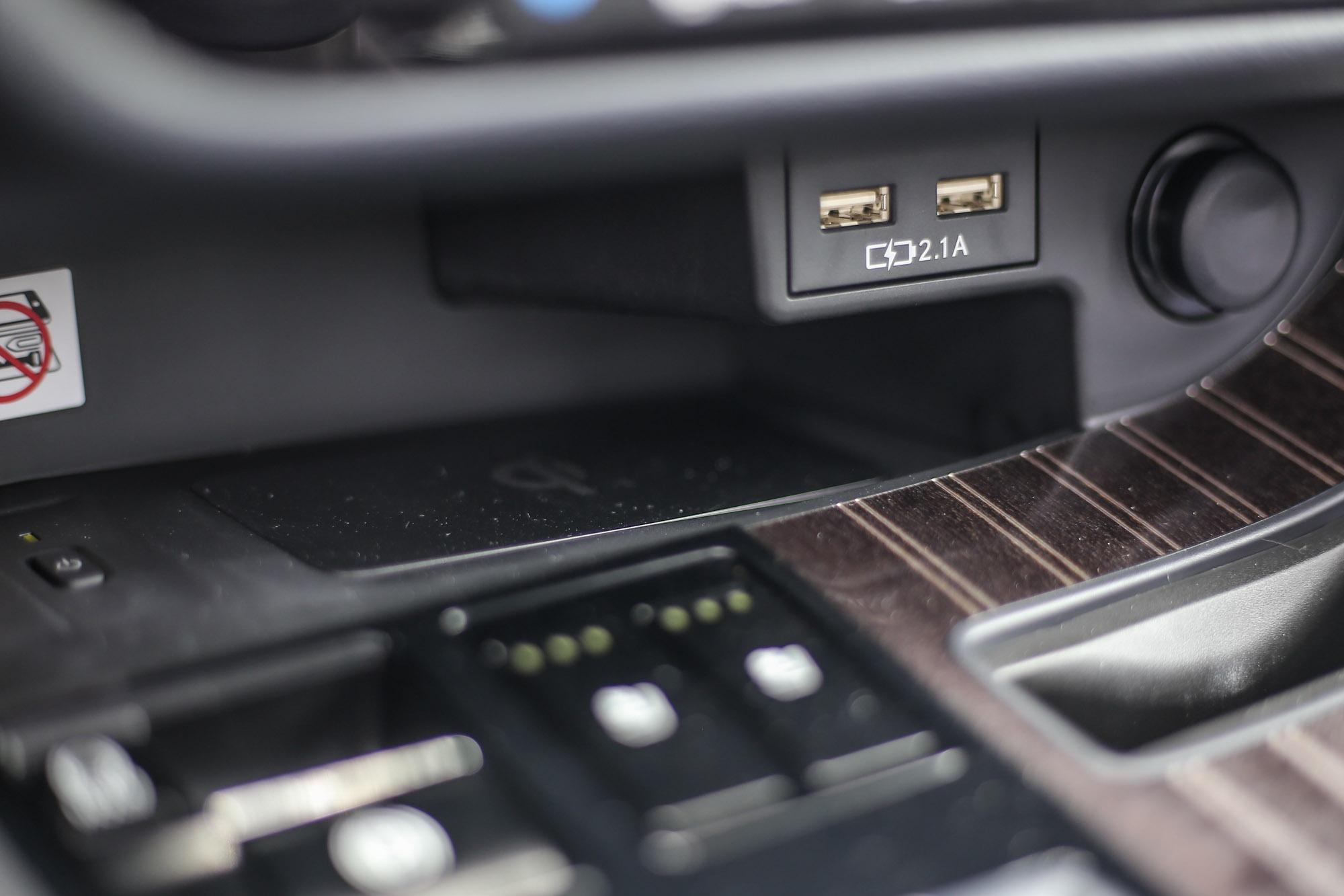 無線充電裝置安置於中控台的最下方處,並有開關設計。