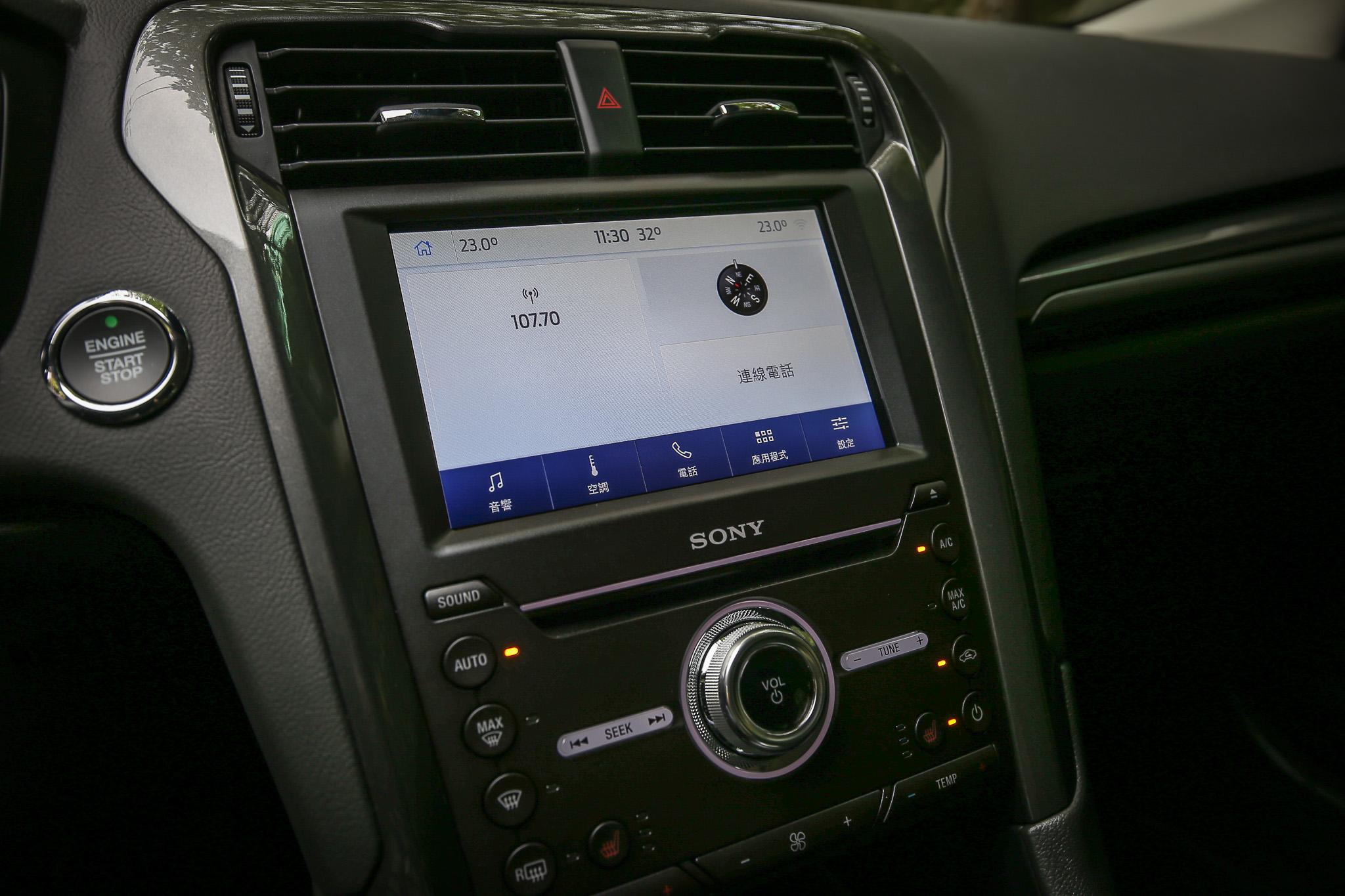 搭載 SYNC 3 娛樂通訊整合系統與 8 吋 LCD 彩色觸控螢幕,支援 Apple CarPlay 與 Android Auto 系統;同時搭載 Sony 環繞音響系統與 9 具揚聲器組合。