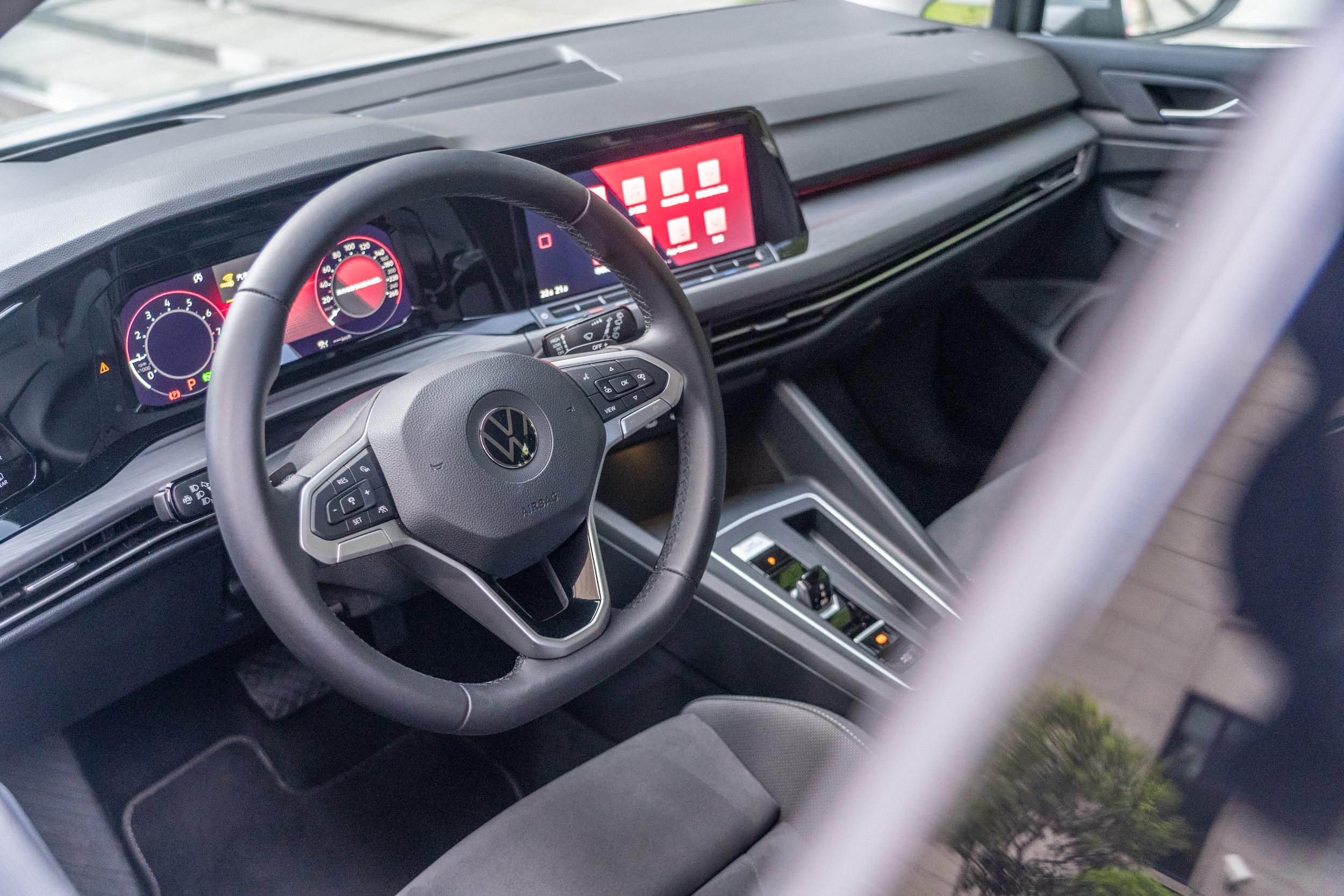 配備三幅式真皮多功能方向盤,R-Line 車型的方向盤更有觸控功能。