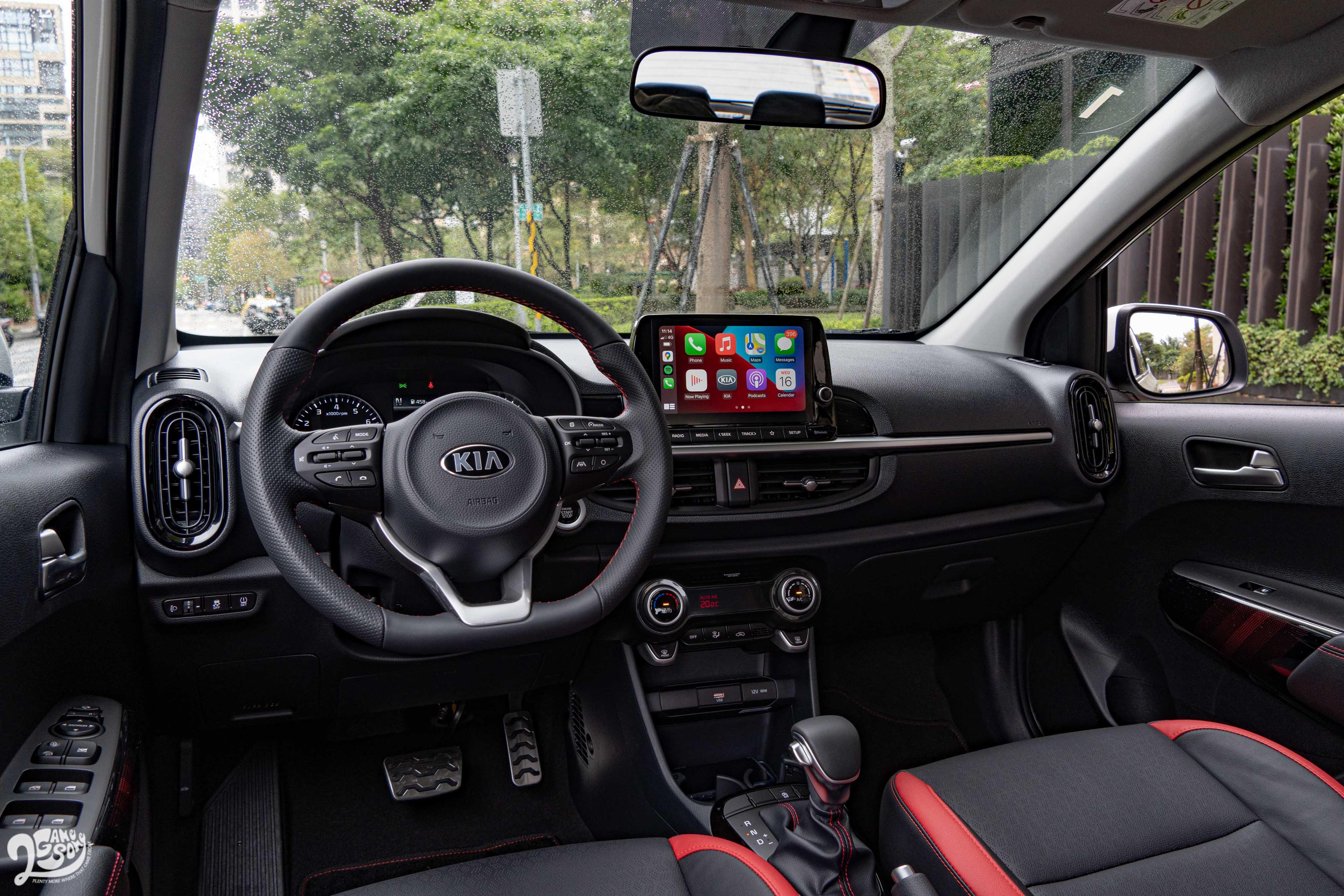 GT-Line 車型內裝採用黑紅配置,駕駛常觸碰到的皮質方向盤、透氣皮椅,乃至於空調旋鈕的軟質橡膠環,都不會給人廉價感。