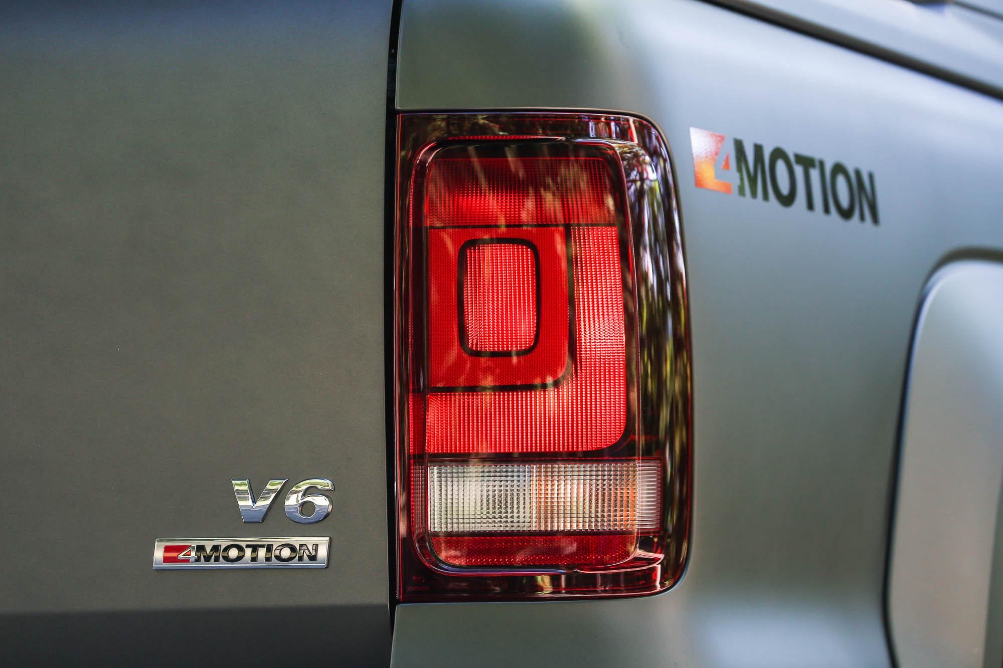車尾也有引擎規格與四輪驅動系統標示銘牌。