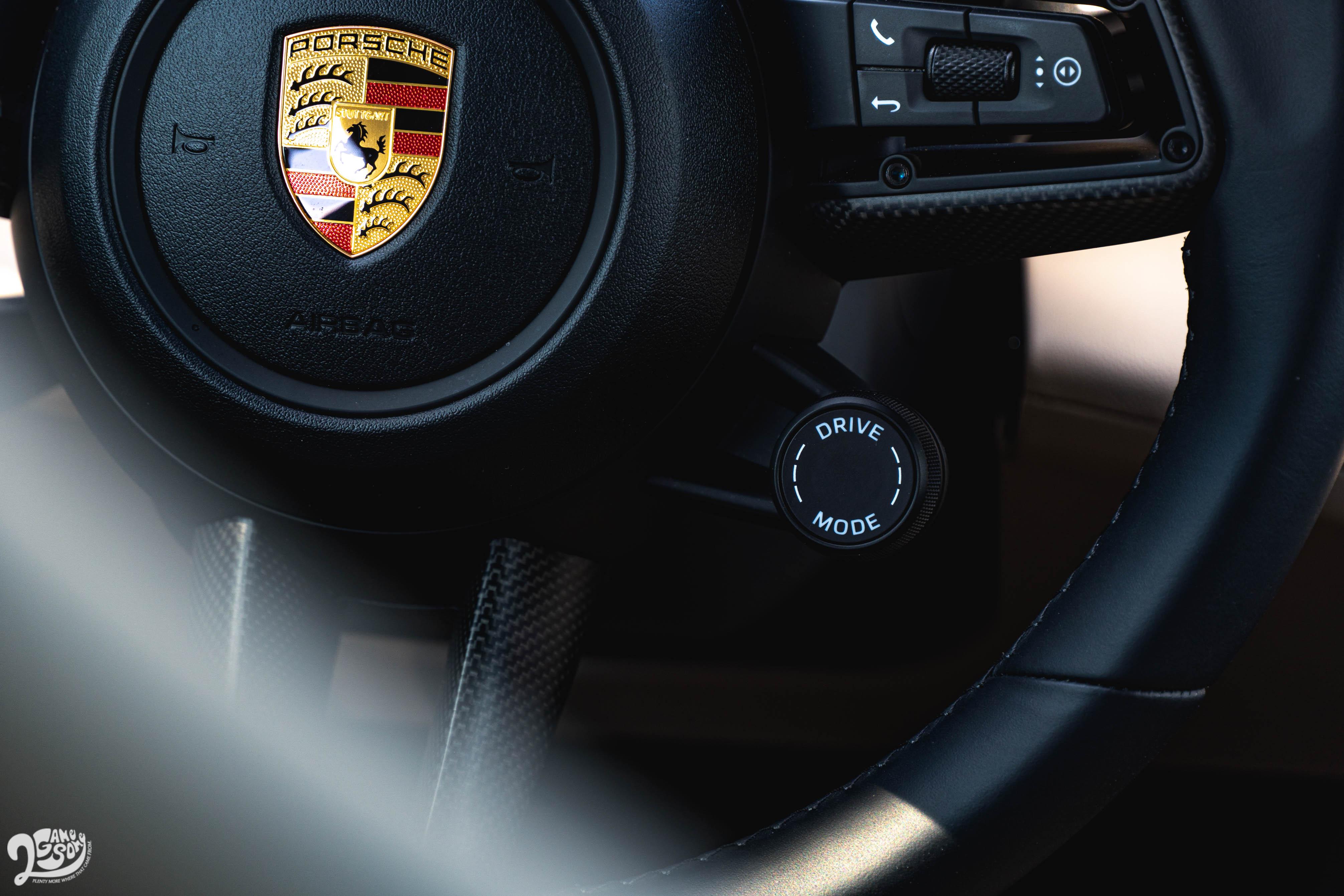 若選配跑車計時套件,多功能 GT 跑車方向盤右下方會多出車內少見的模式切換旋鈕。