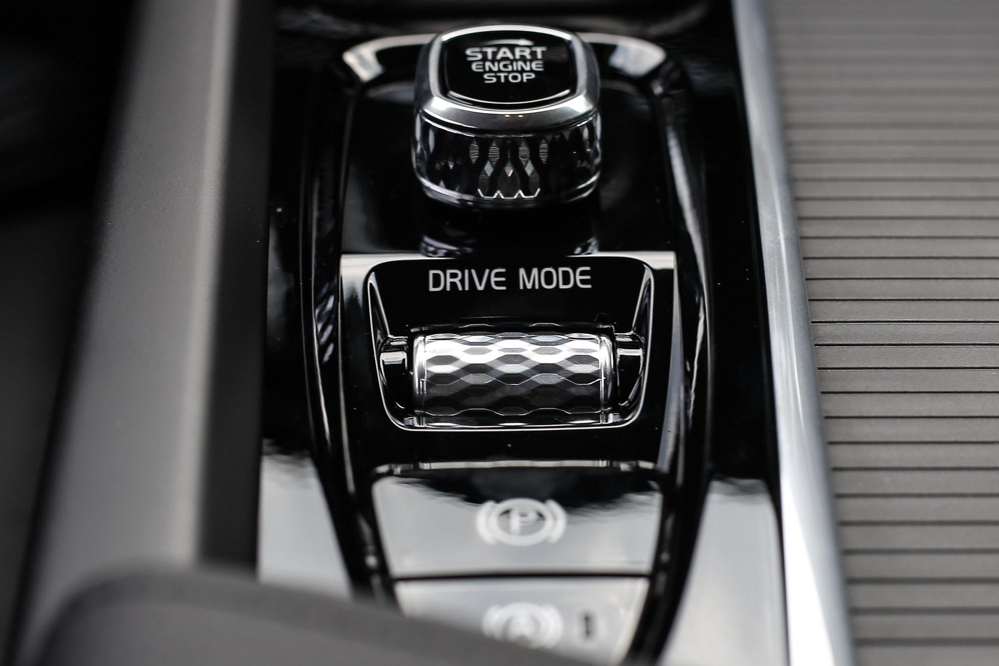 引擎啟/閉與駕駛模式切換介面仍是以質感優異的鑽石切割紋路呈現。