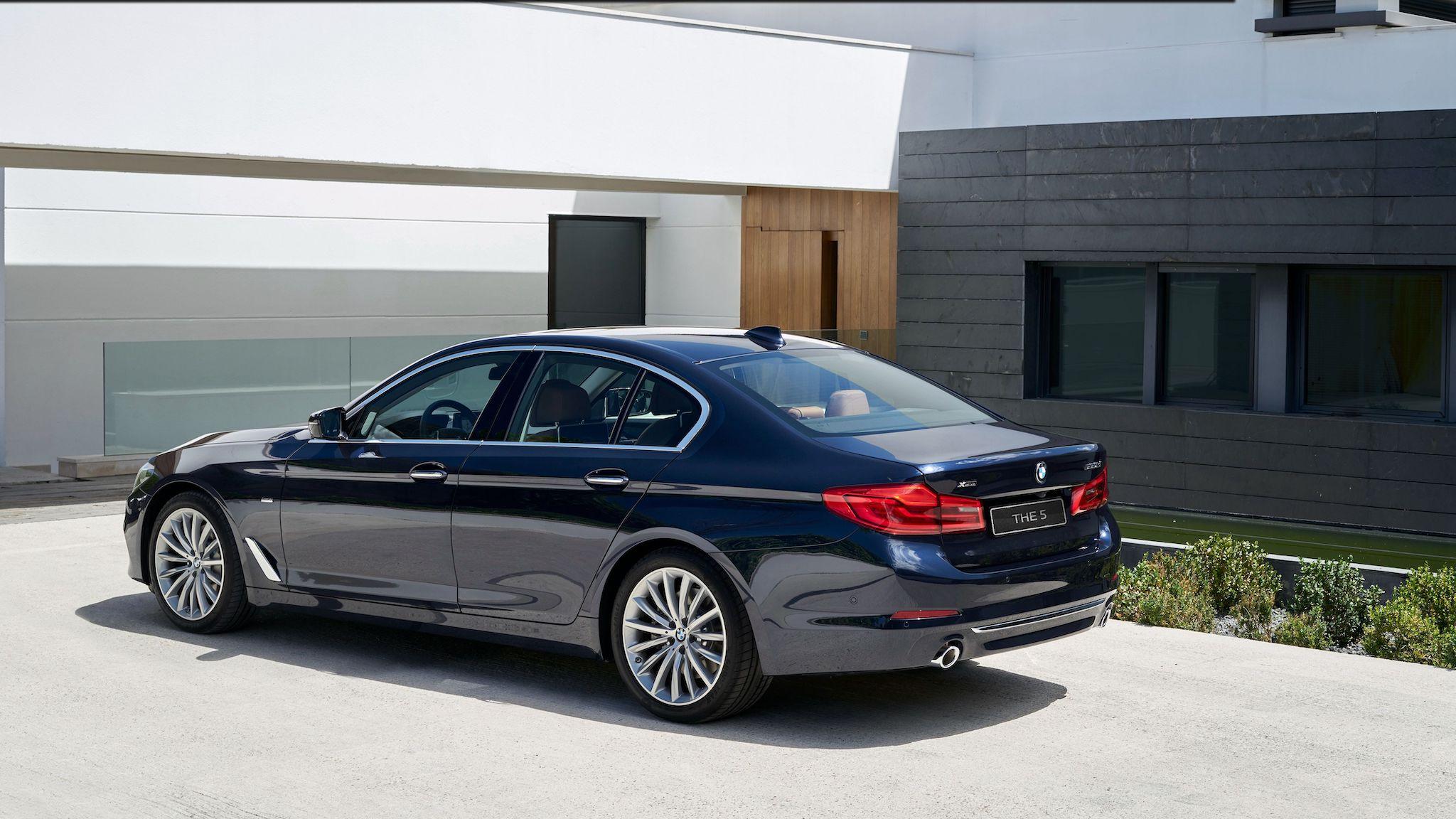 全新 BMW 5系列白金旗艦版,本月購車可享五大非凡禮遇與額外現金購車優惠。