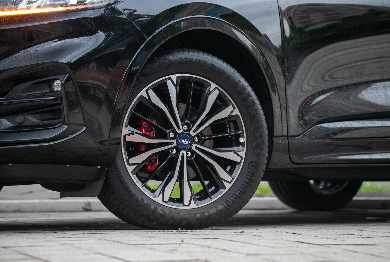 Kuga Ecoboost 250 AWD ST-Line X車型標配德國馬牌PC6運動胎、紅色煞車卡鉗、鋁合金前下控制臂。