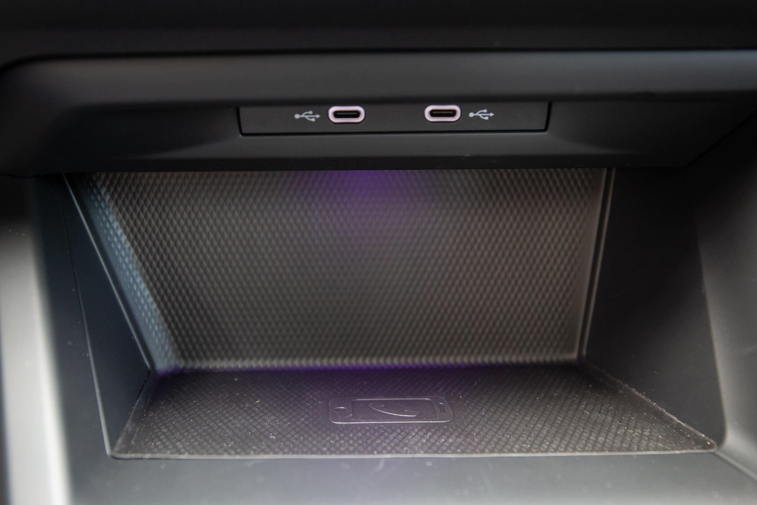 中控台最下方為無線充電板與兩個 Type-C 充電座。
