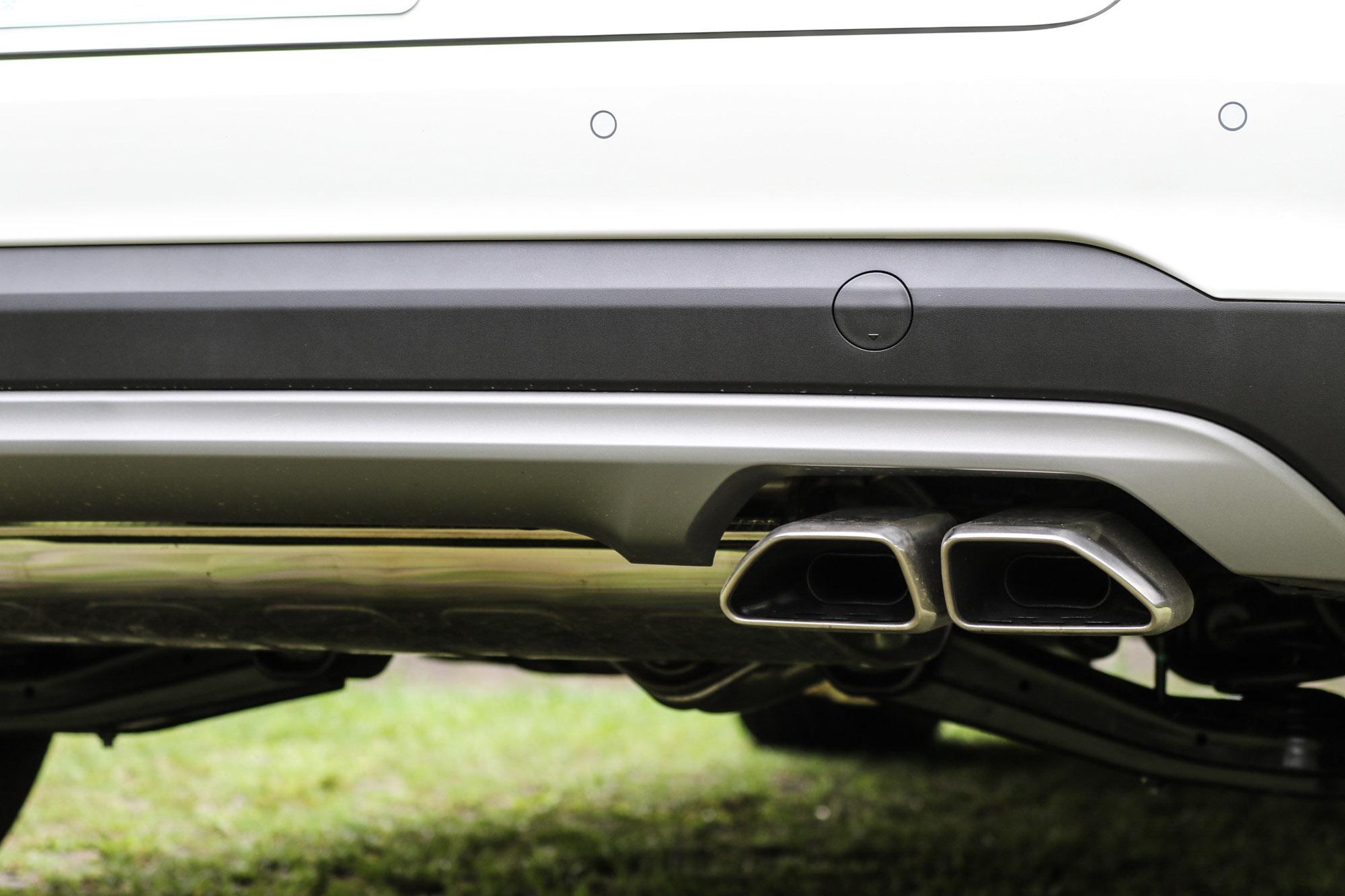 單邊雙出排氣尾管設計,與時興的左右雙出設計稍有不同。