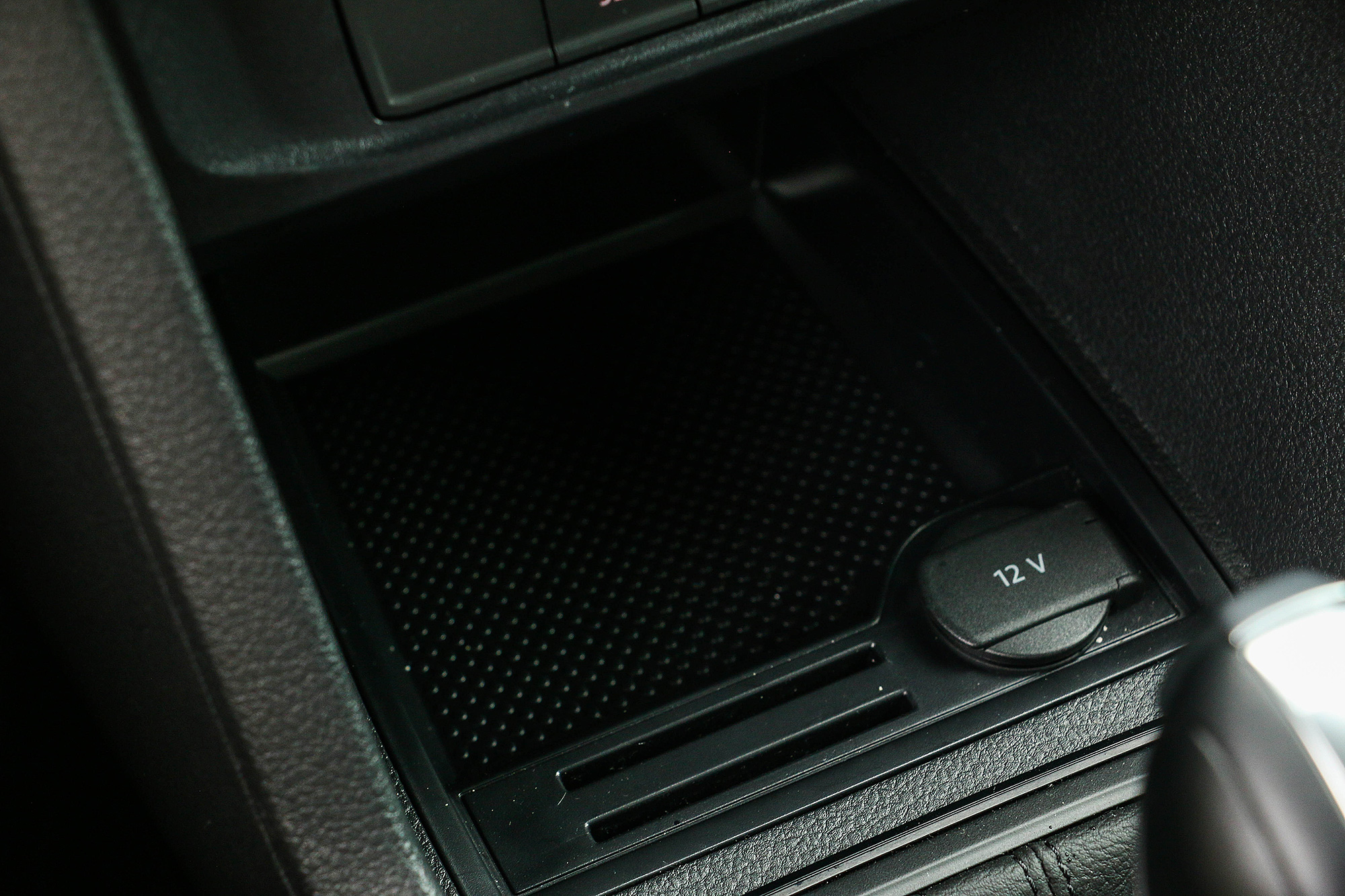 置物托盤設計有卡片槽。
