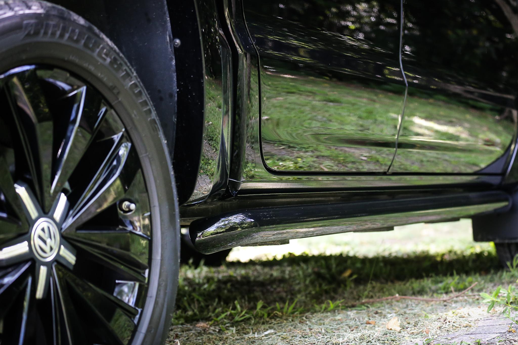 車側防護桿為黑色處理。