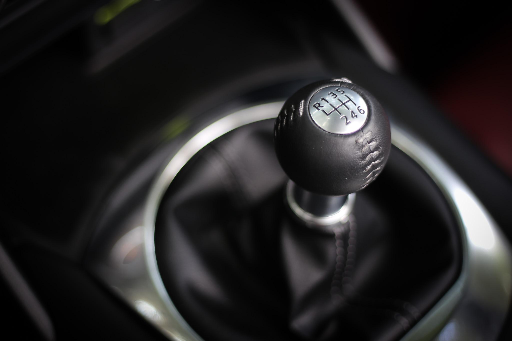 試駕車型配備六速手排變速箱。