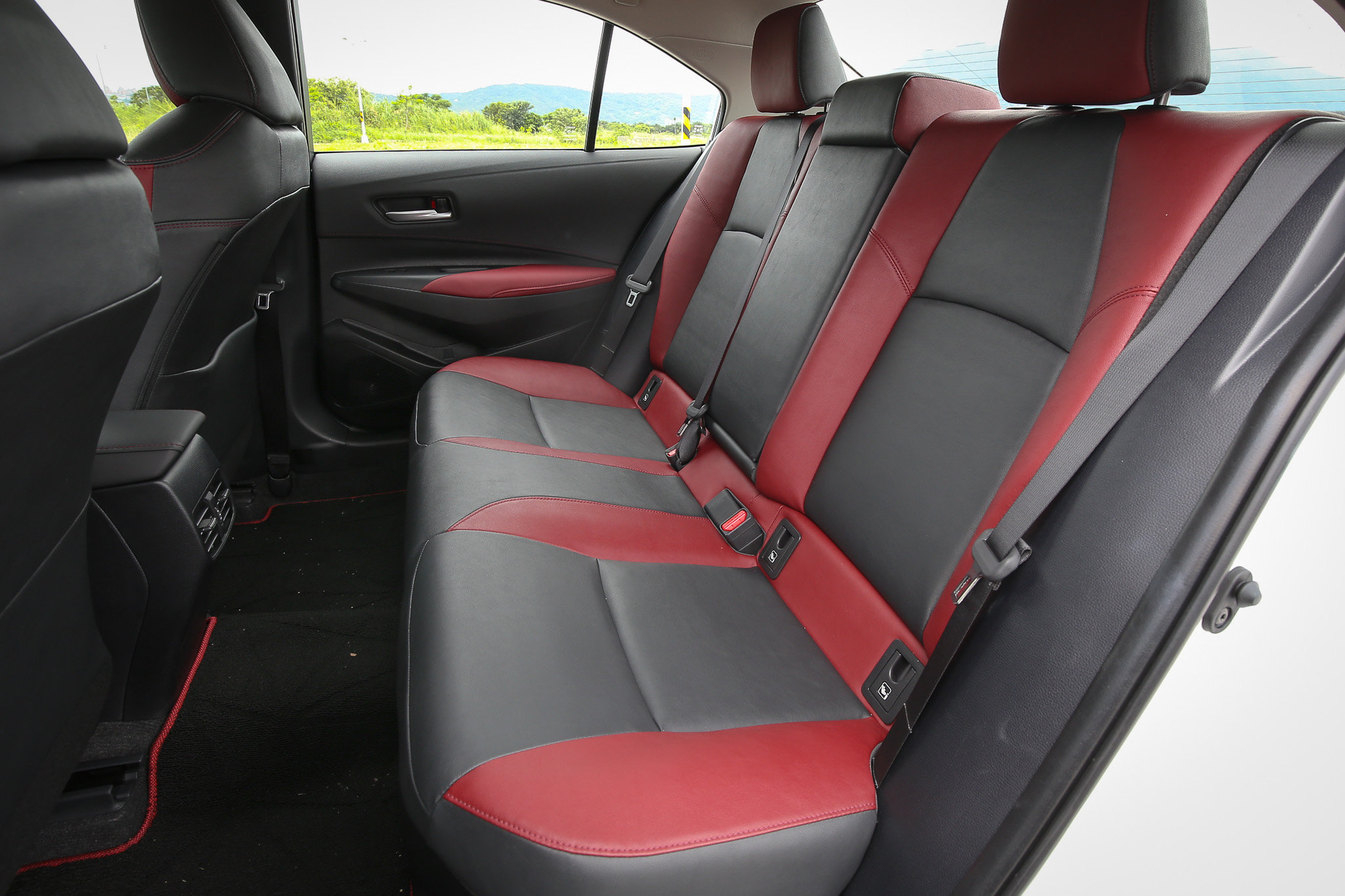 後座也採用相同的紅黑配色。