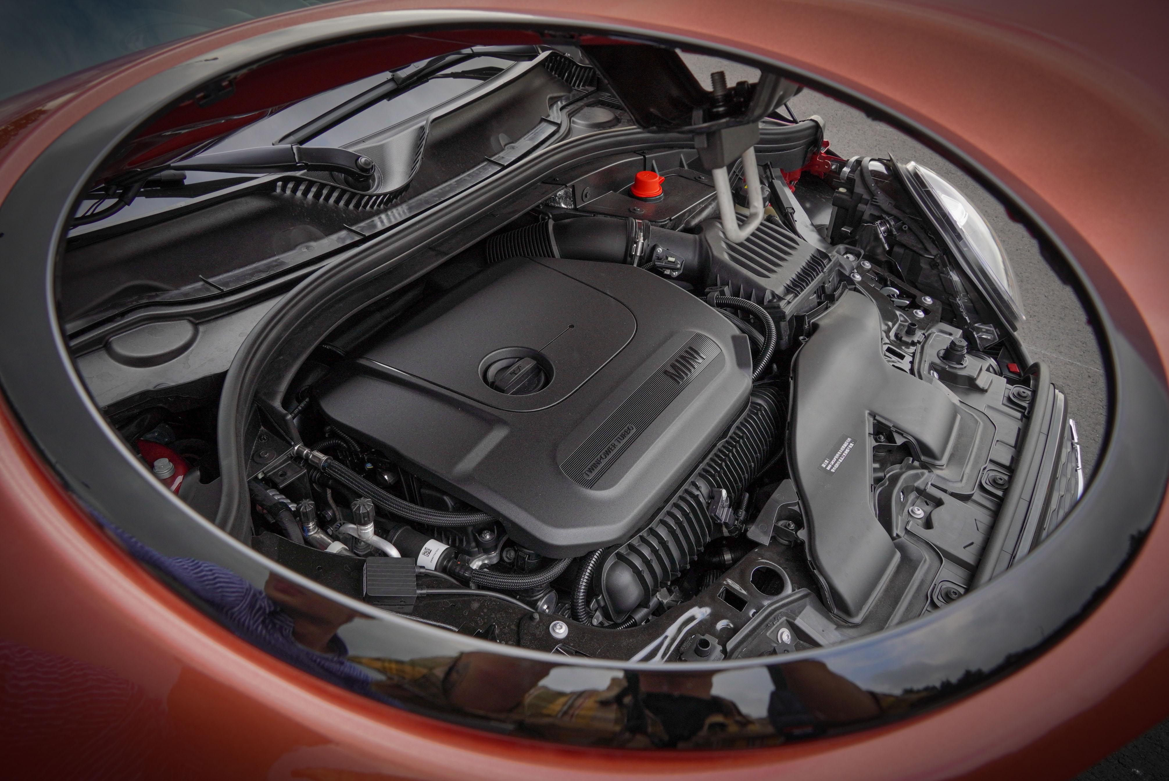 Clubman 這顆源自於 BMW 的 TwinPower Turbo 渦輪增壓直列四汽缸,擁有 192hp/5000-6000 rpm,280 Nm/1350-4600 rpm 的動力數據,0-100 km/h 加速時間為 7.2 秒。