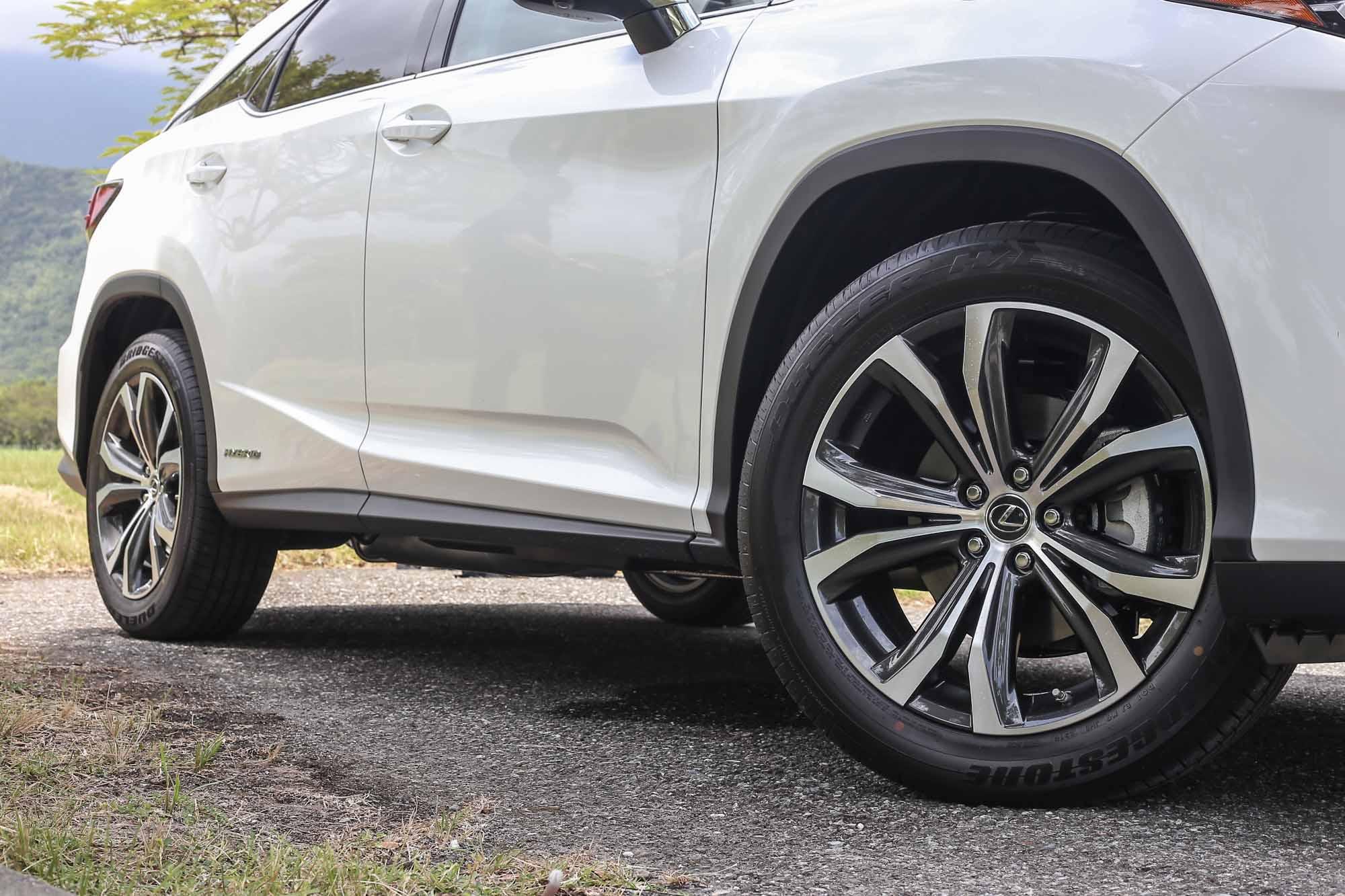 RX 450h 車型皆配置 235 / 55 R20 胎圈尺碼。