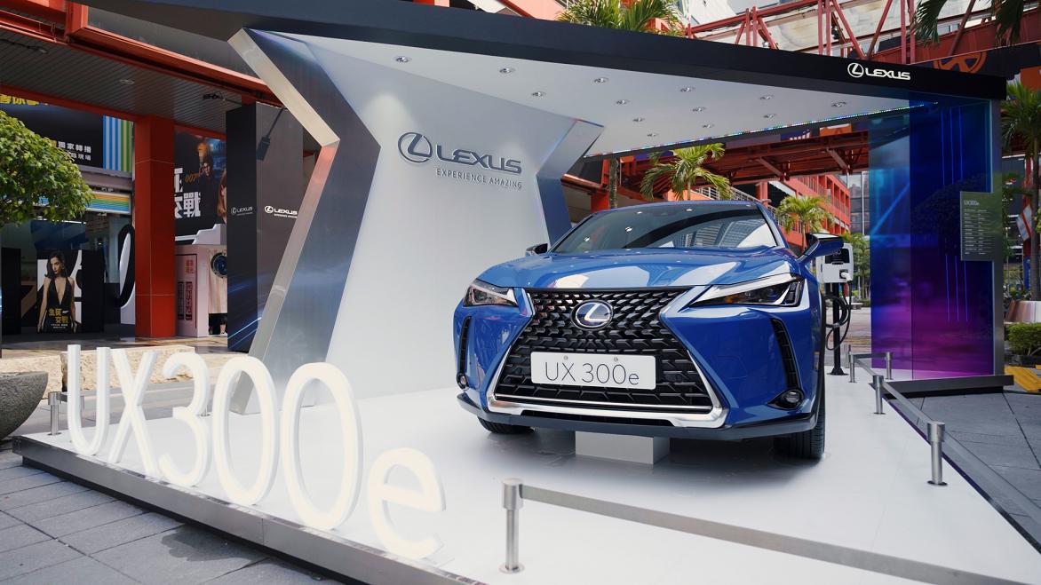 為響應《2021 臺北時裝週》與VOGUE Fashion's Night Out 活動,Lexus 於威秀前廣場展出最新上市的純電潮旅 UX300e 響應永續時尚。