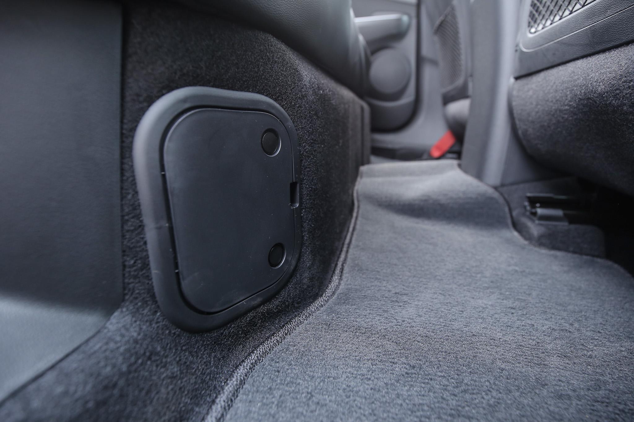 油電系統的鋰電池放置於後座底下。