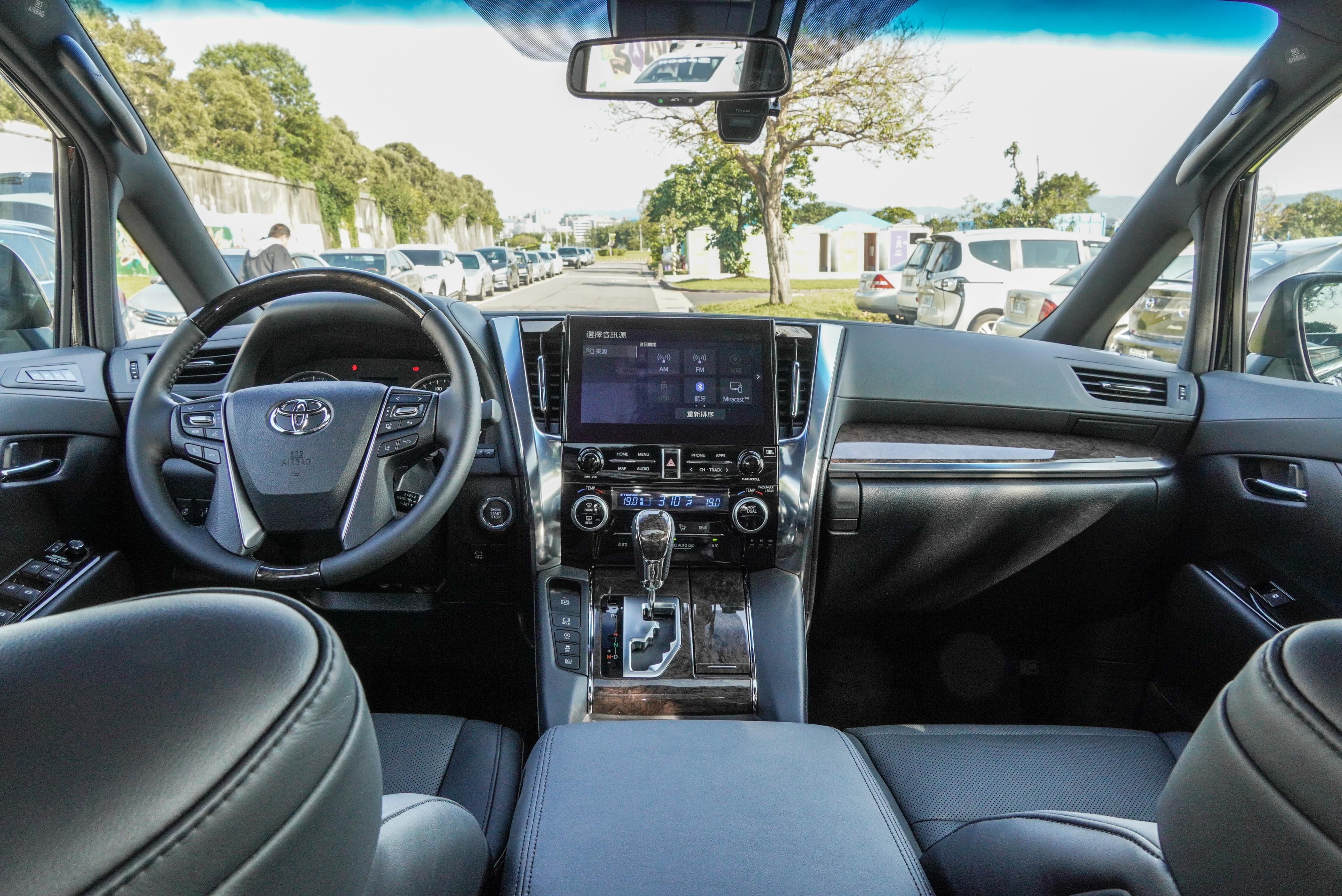 中控台的改款重點,主要在中央觸控螢幕的尺碼與功能升級。