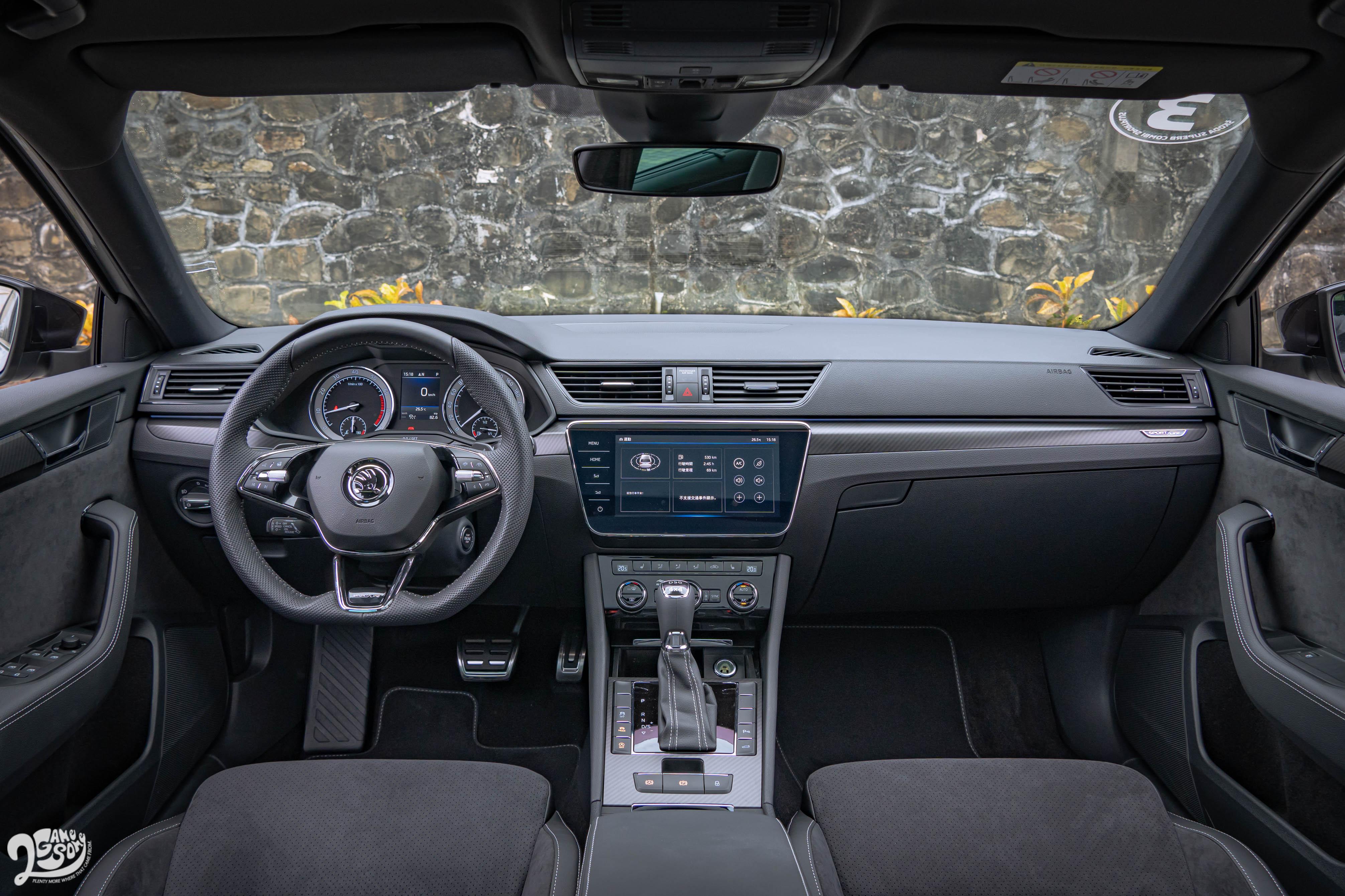 Sportline 以上車型配備黑色飾板以及黑色Alcantara真皮座椅。