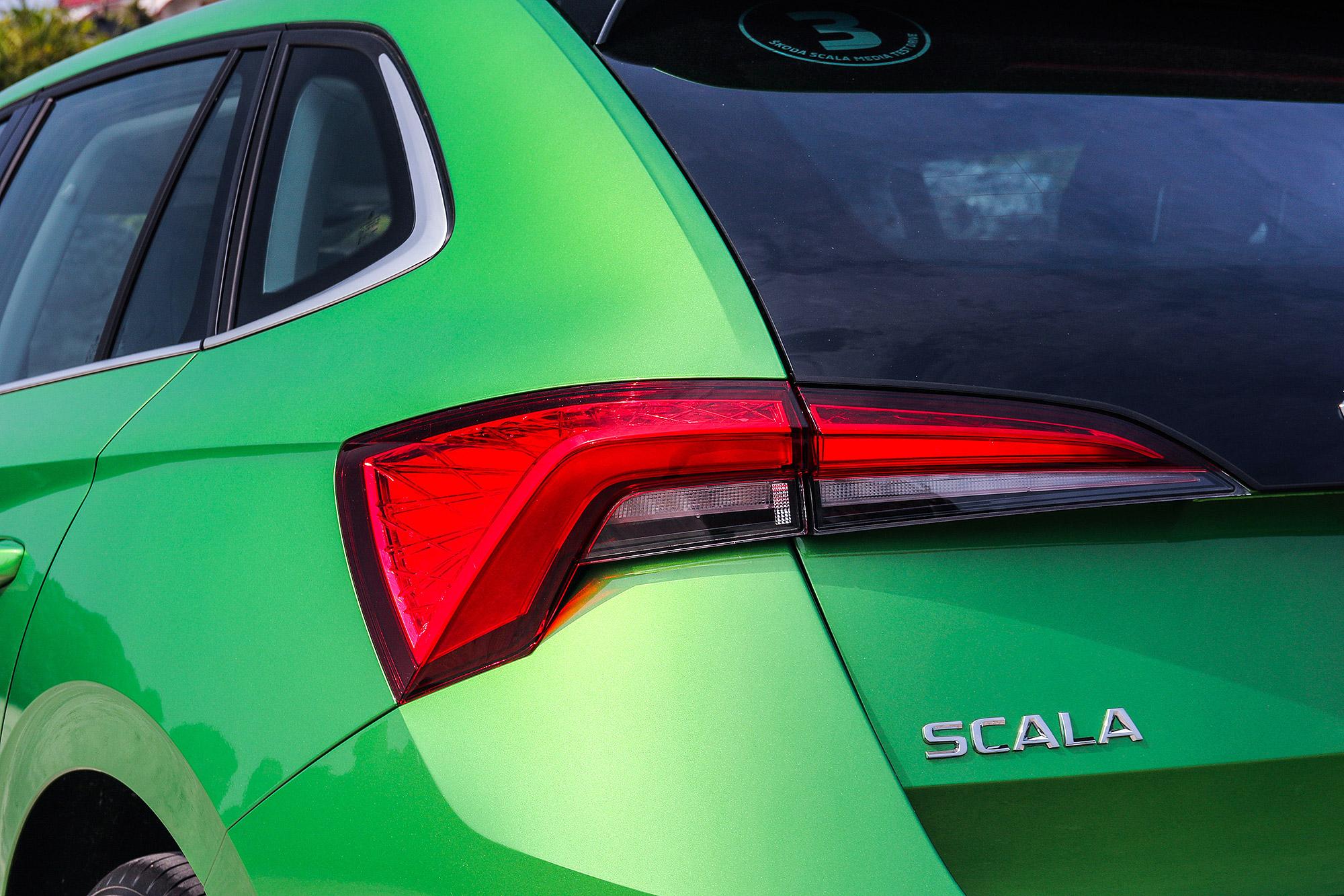 尾燈採用立體式設計,豪華版車型還配有鍍鉻窗框。