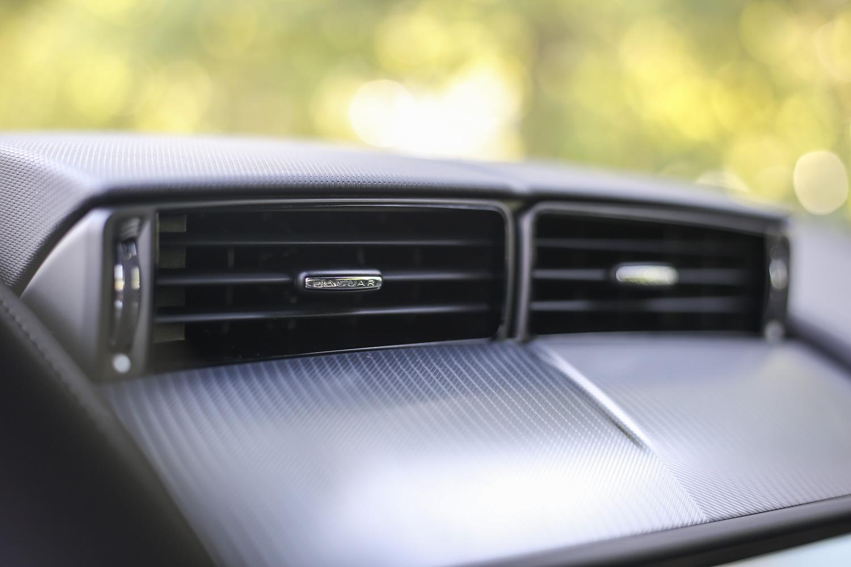 中控臺上方的固定式空調出風口設計,於小改款車型上已不復見。