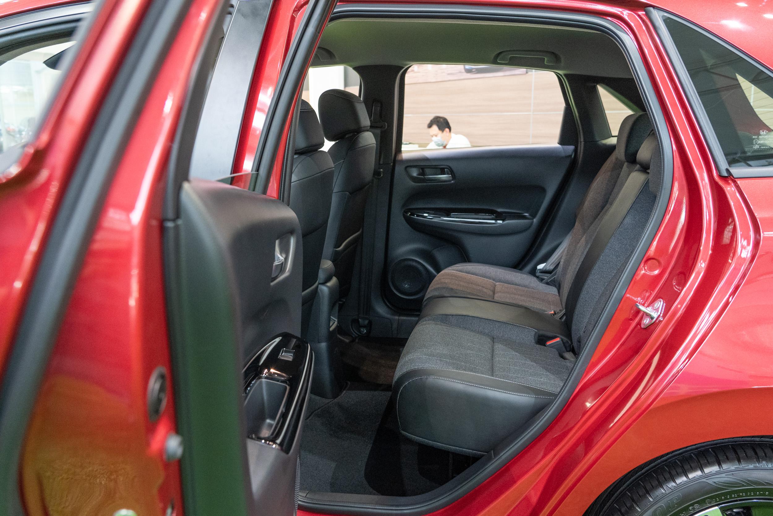 後座縱向空間提升,但因車高的下降,讓頭部空間表現不如上世代優異。