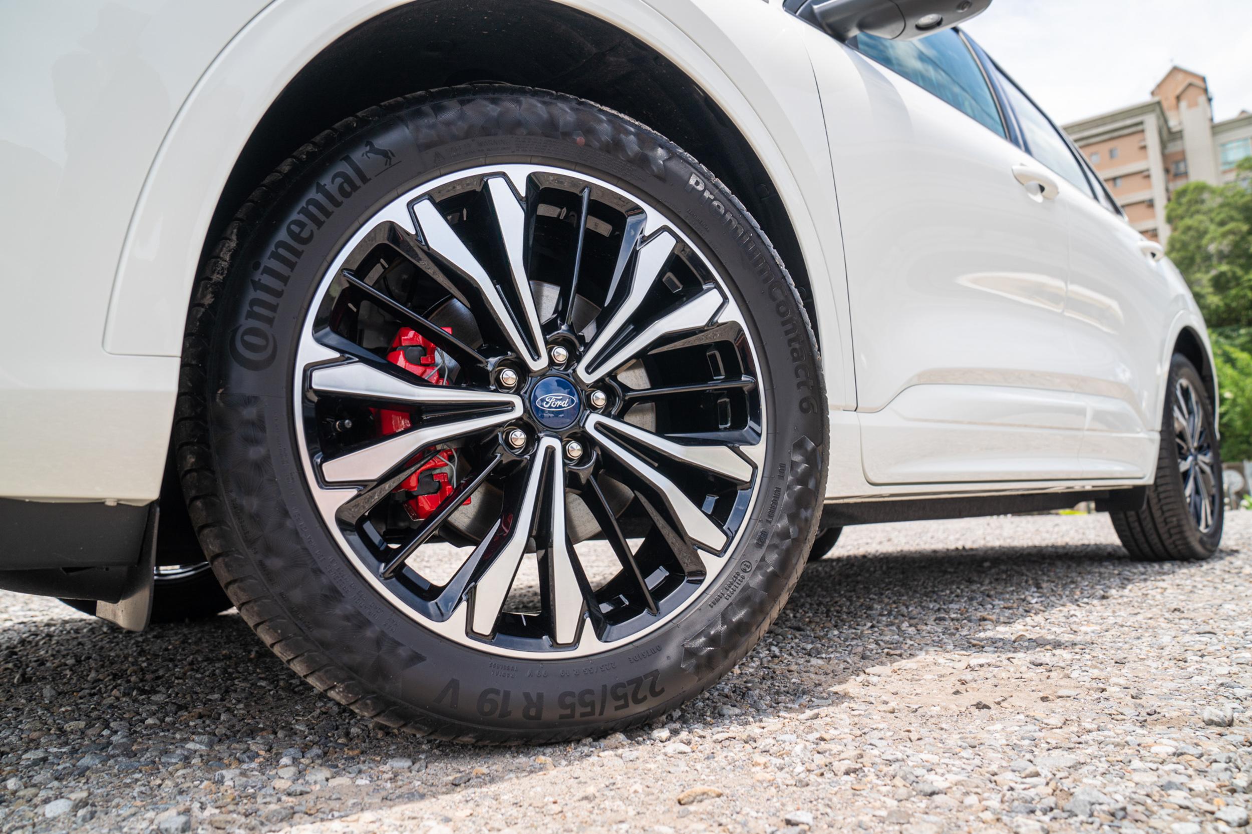 新增紅色煞車卡鉗,並將原先列為選配的Continental PremiumContact™6運動胎改為標配,也將前下控制臂升級為鋁合金材質。