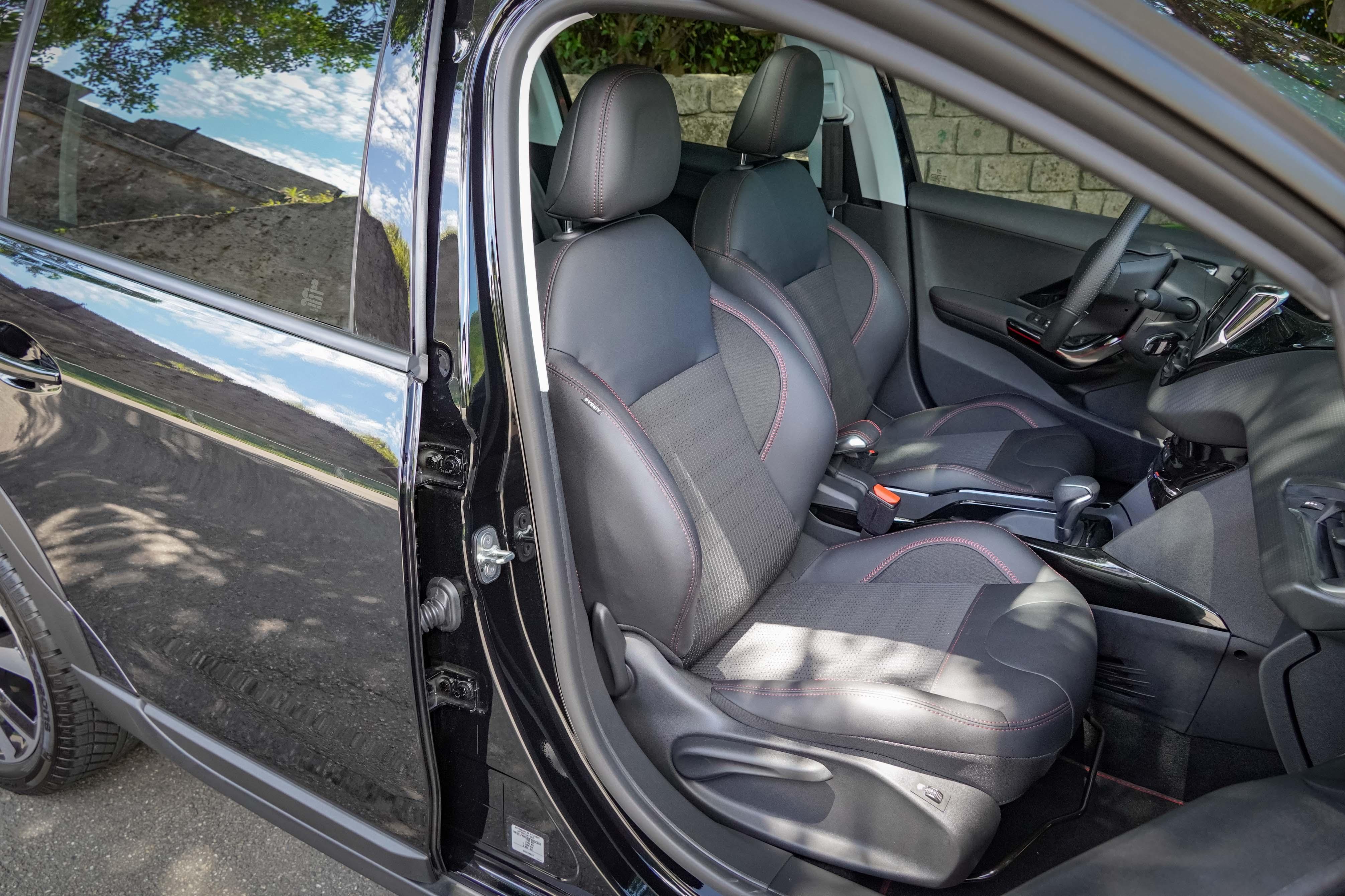 GT Line 車型標配半皮布跑車座椅,提供電熱座椅功能。