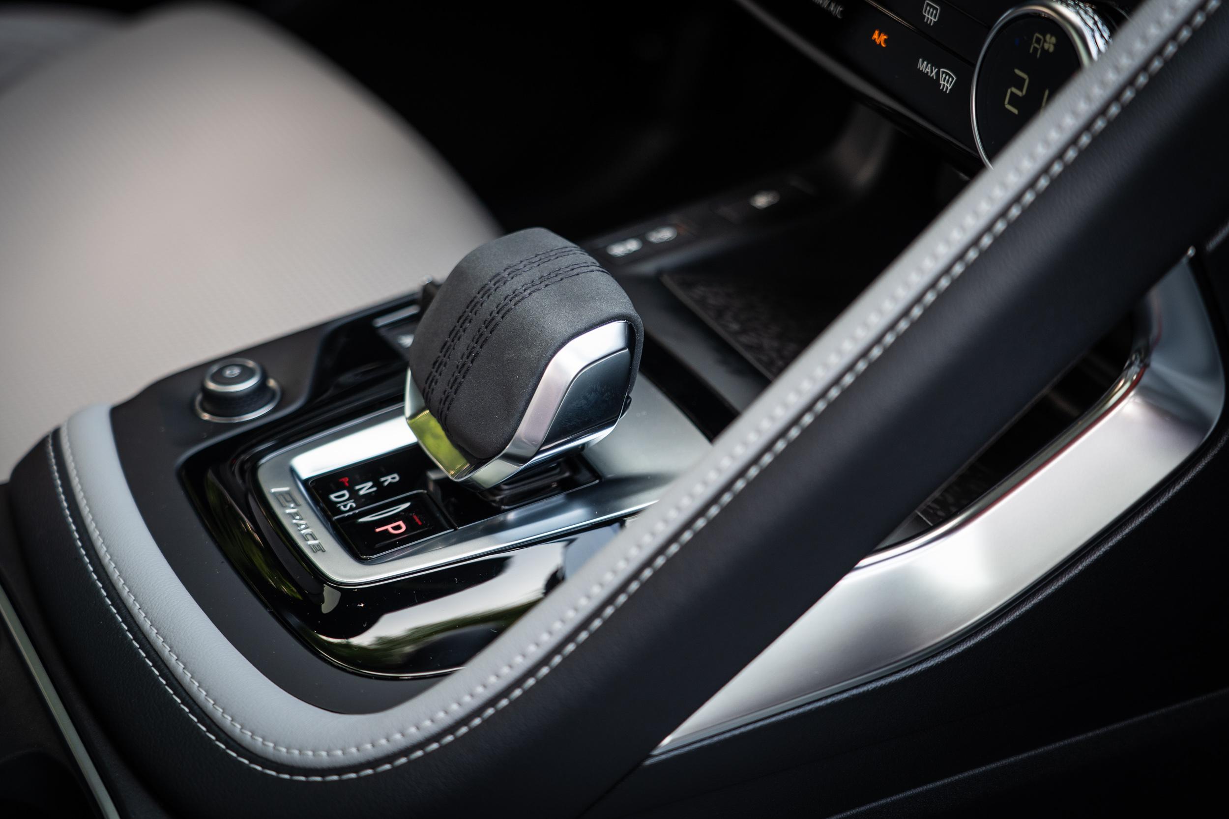 從此角度可以清楚展 E-Pace 座艙設計的特色與質感。