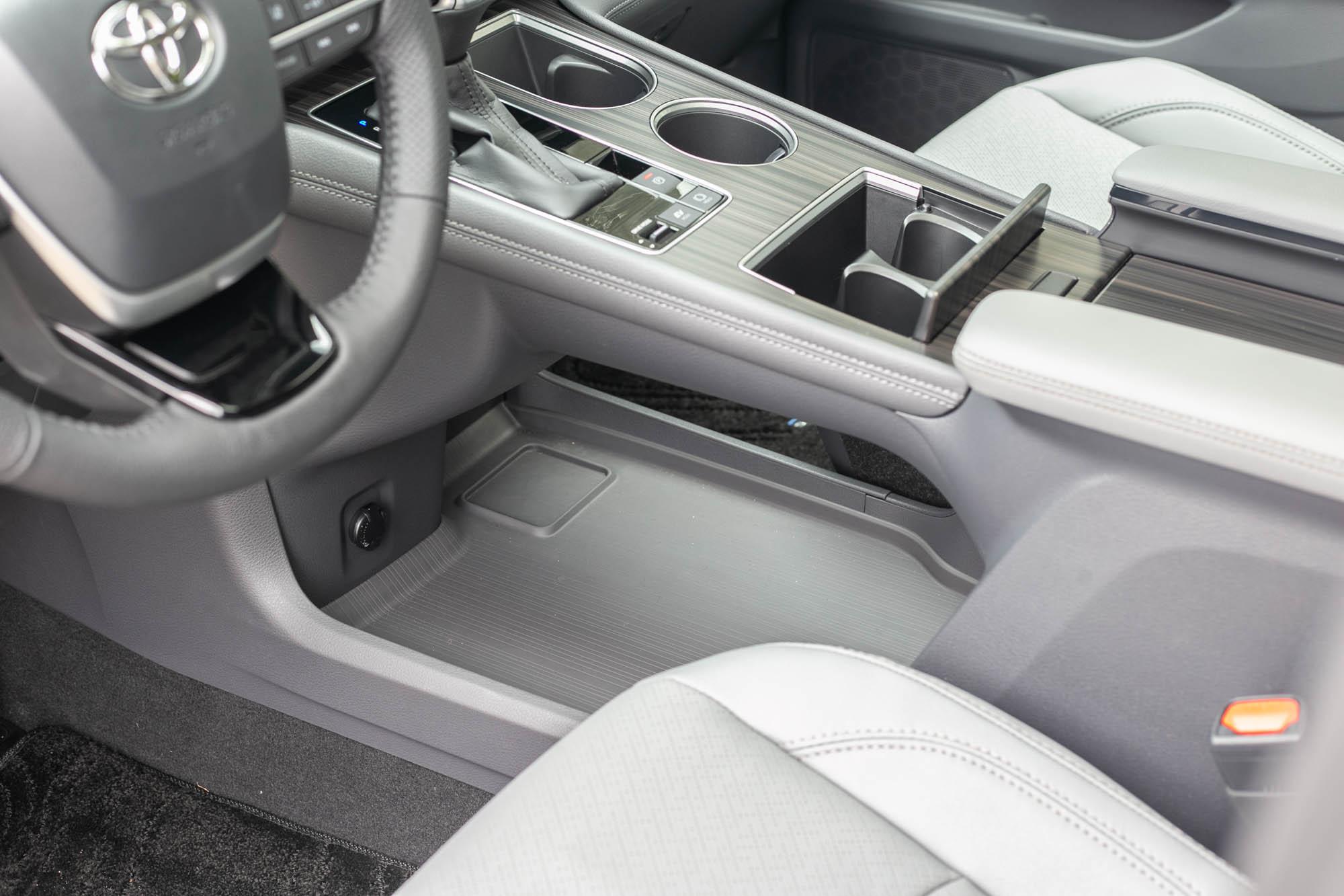 中央鞍座採取懸浮式,下方還有超大的置物平台。