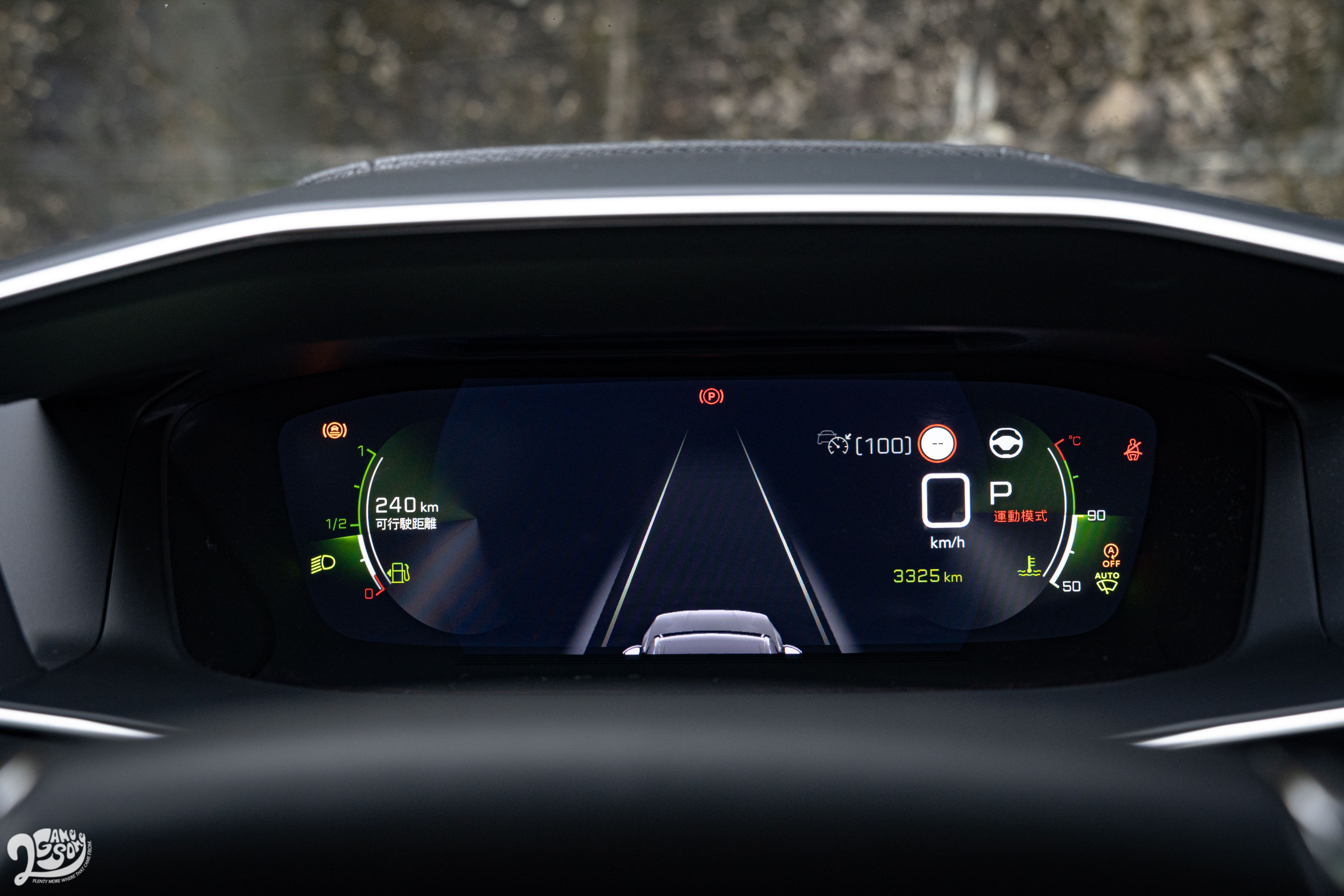 QUARTZ 3D 立體投影式抬頭顯示儀錶板,提供 3 種螢幕主題配色風格。