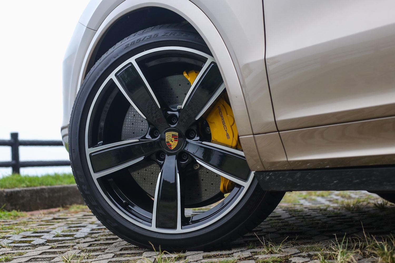 Cayenne Turbo 標配 21 吋輪圈,試駕車型更選配置至 22 吋尺碼。