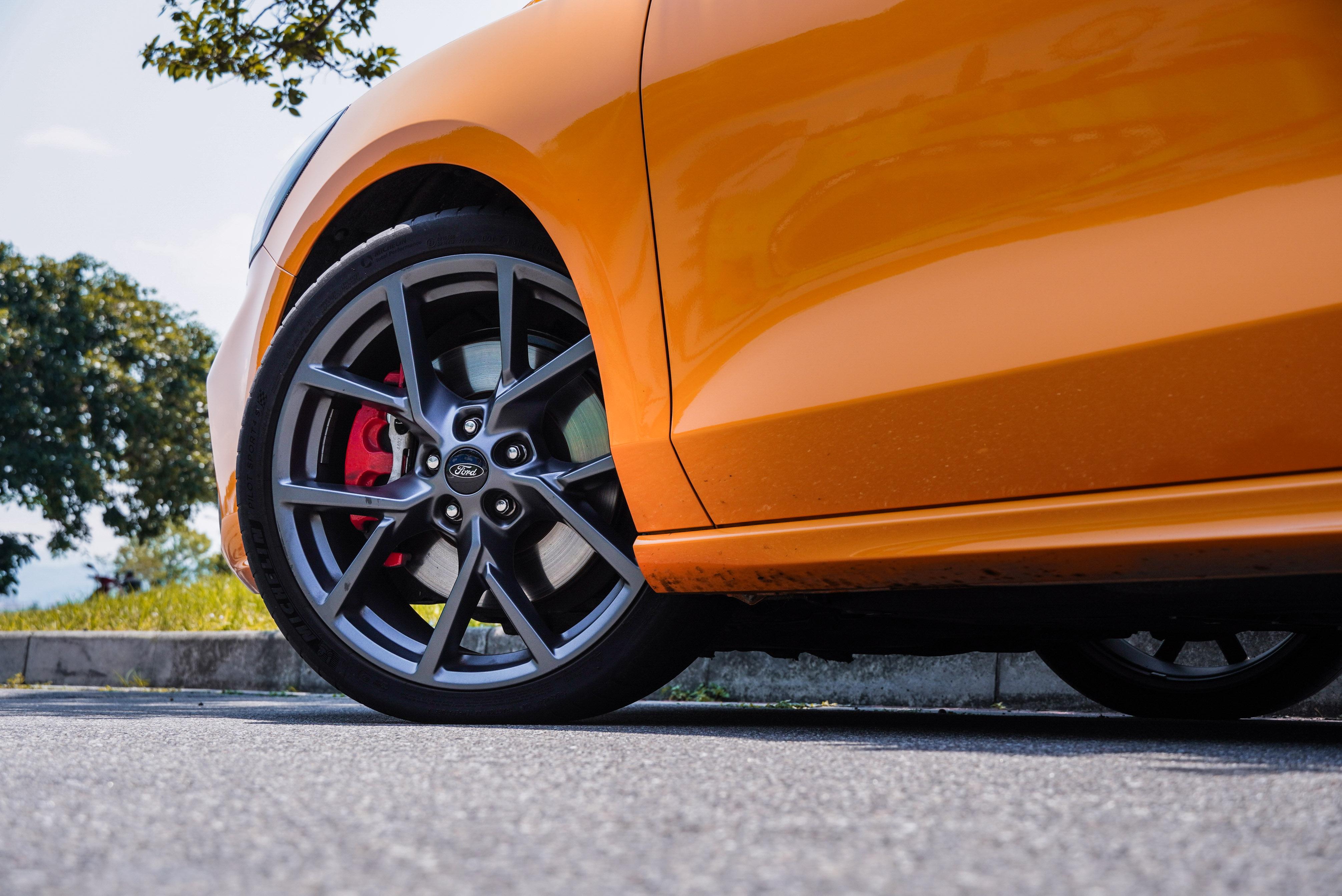 19 吋輪圈、Michelin Pilot Sport 4S 高性能跑胎、ST 專屬賽道級煞車系統皆為標準配備。