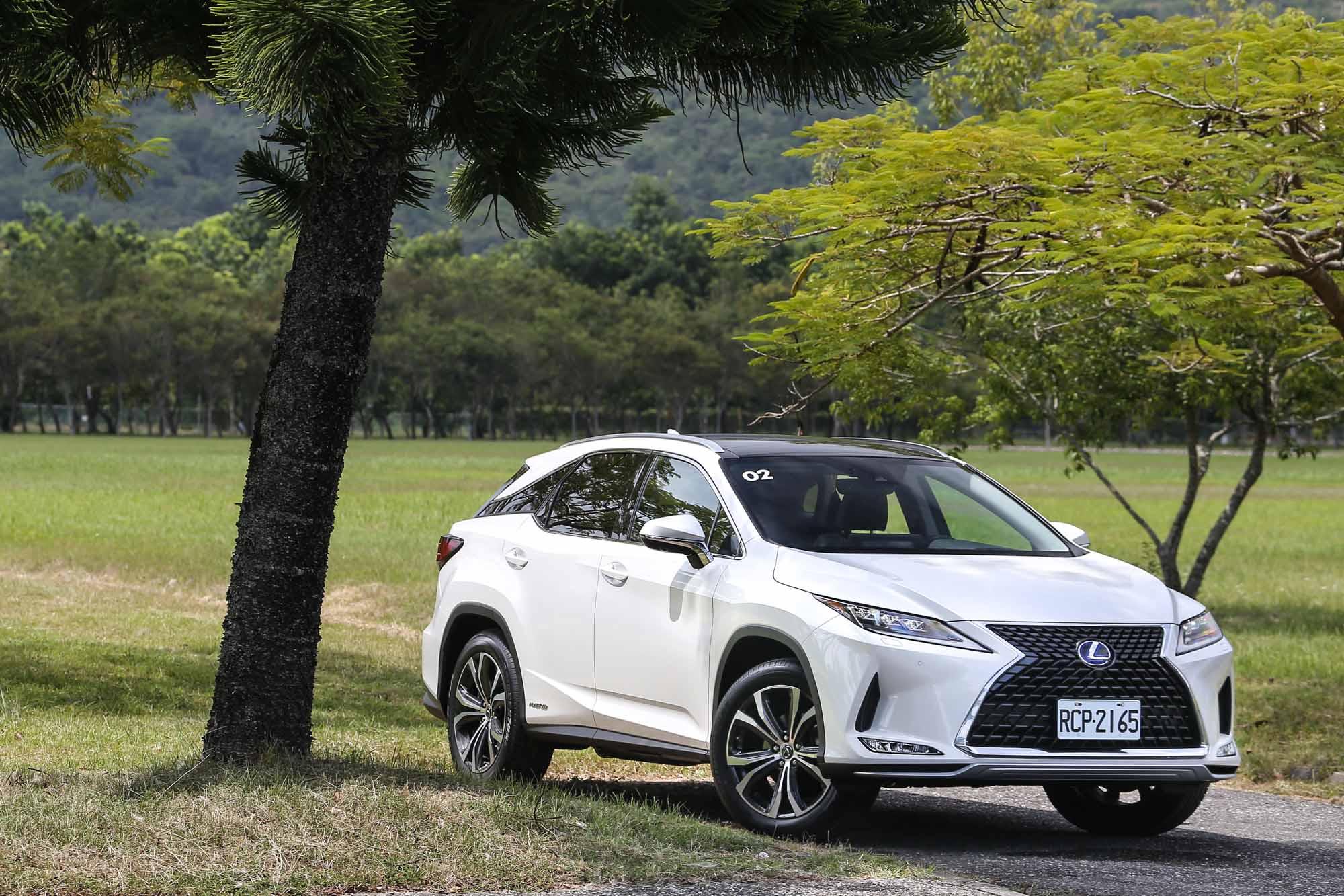 此次試駕車型為 RX 450h 旗艦版,售價為新台幣 338 萬元。
