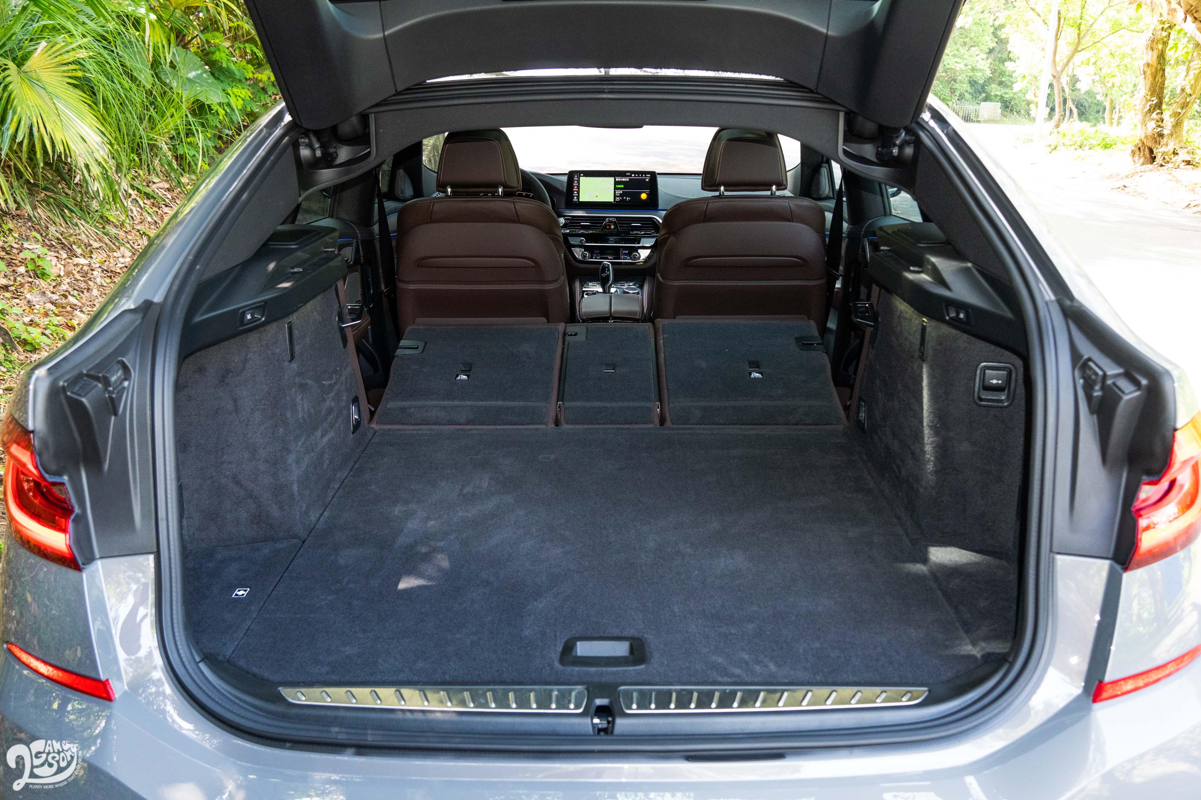 行李廂非但有 600~1800 公升的大肚量,空間也平坦方正。