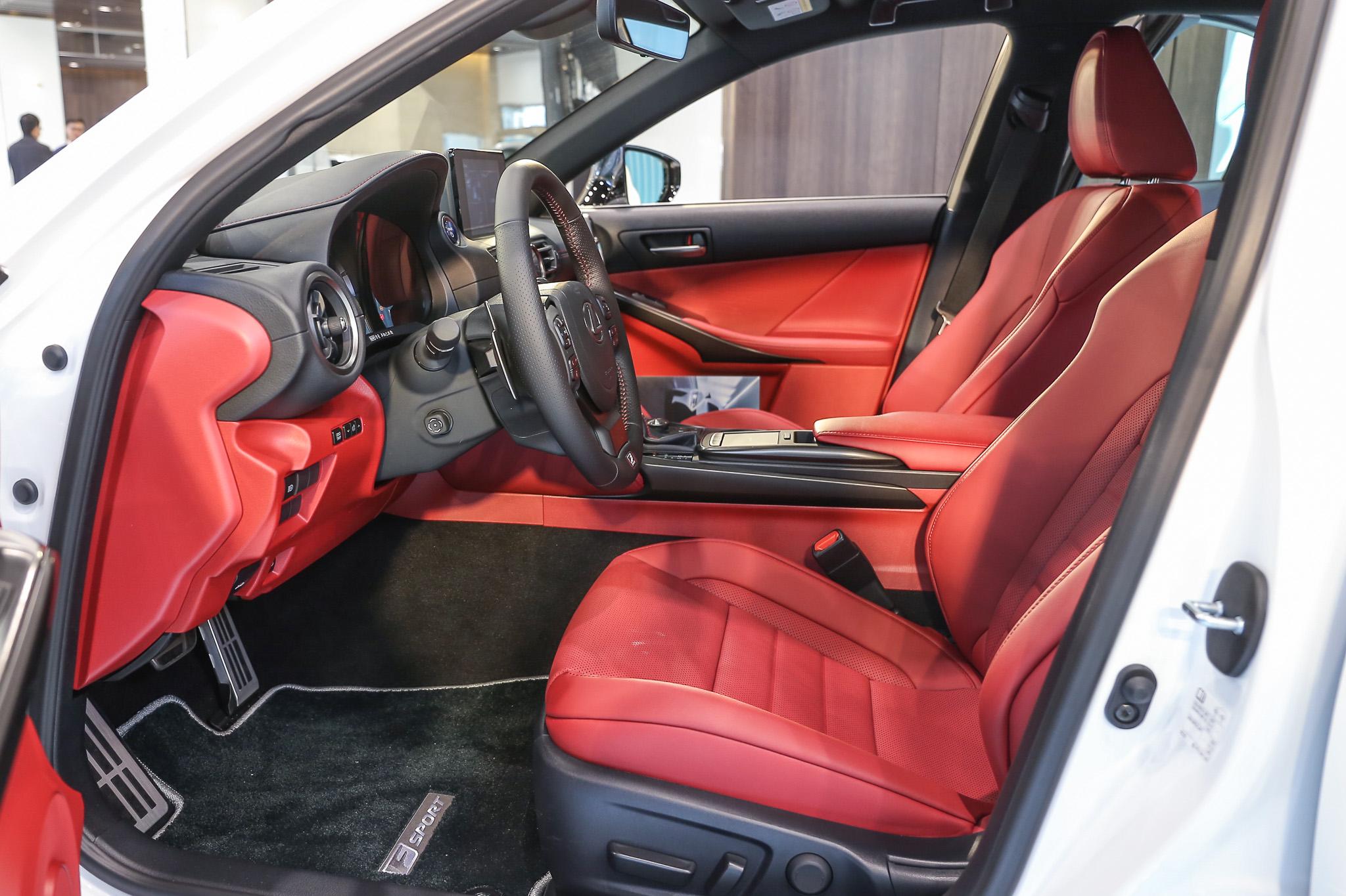 F SPORT 版提供紅色皮革內裝選擇。