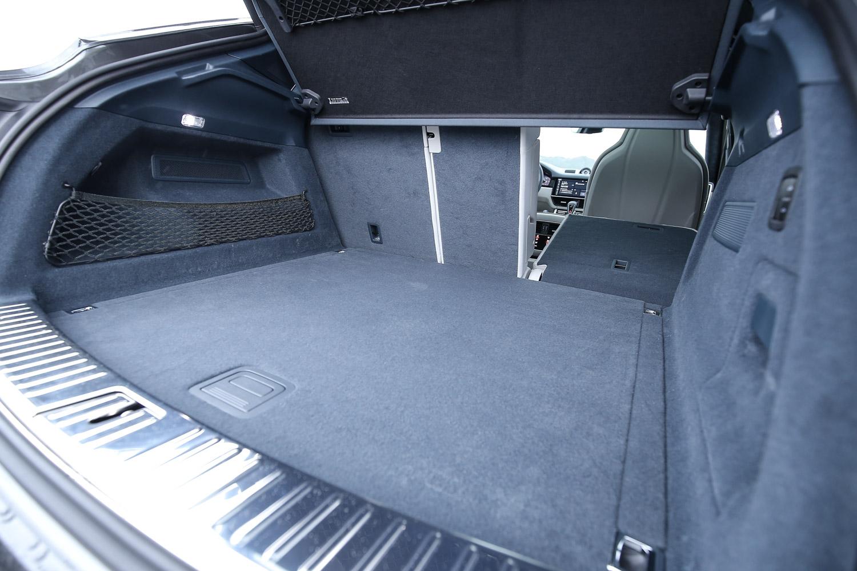 標準乘坐狀態下,後座就有 600 公升容積,若其他動力車型更有 625 公升水準。
