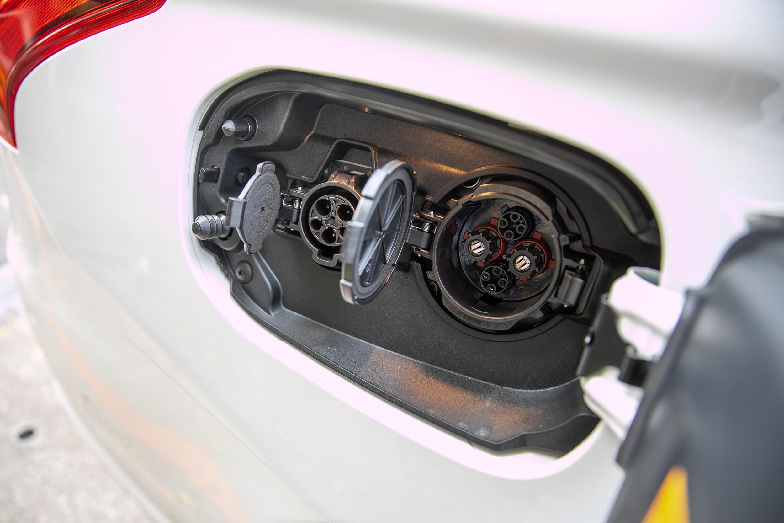 車身右側配備的兩只充電孔。
