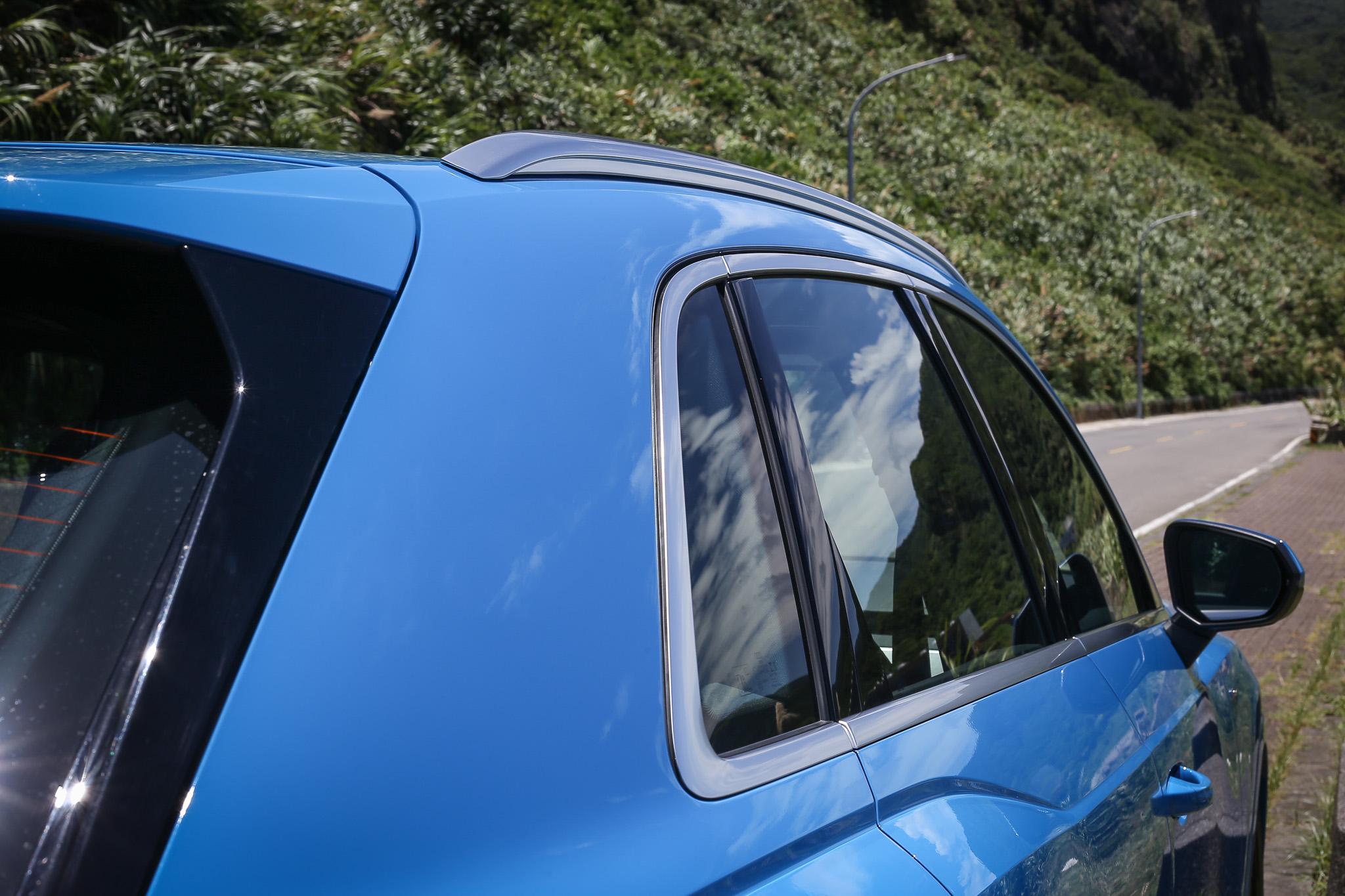 Q3 全車系都是配備鋁合金車頂架與鋁質窗框。