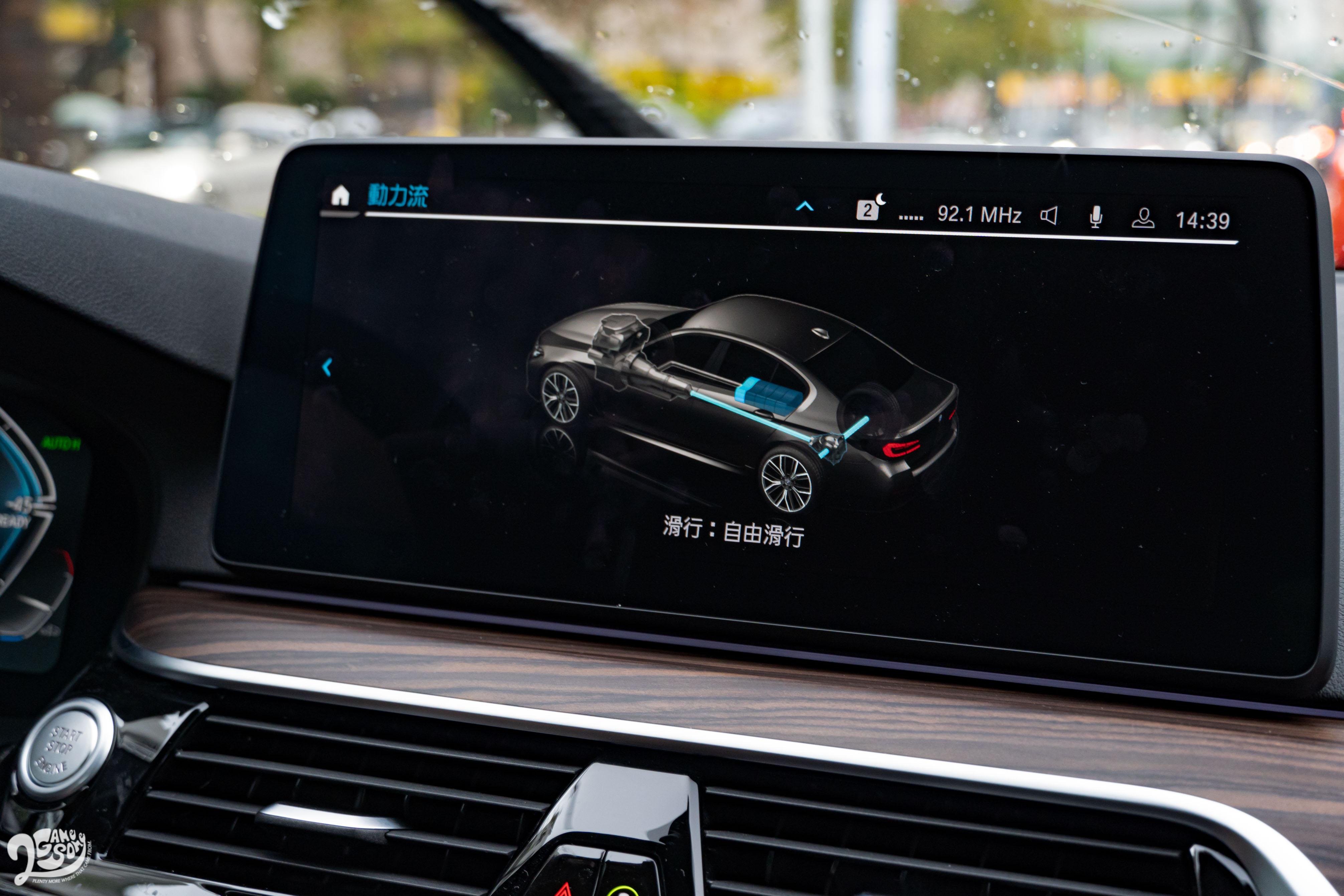 若進入「動力流」頁面查看,可以看到車輛即時的動力來源,以及電池充電狀態。