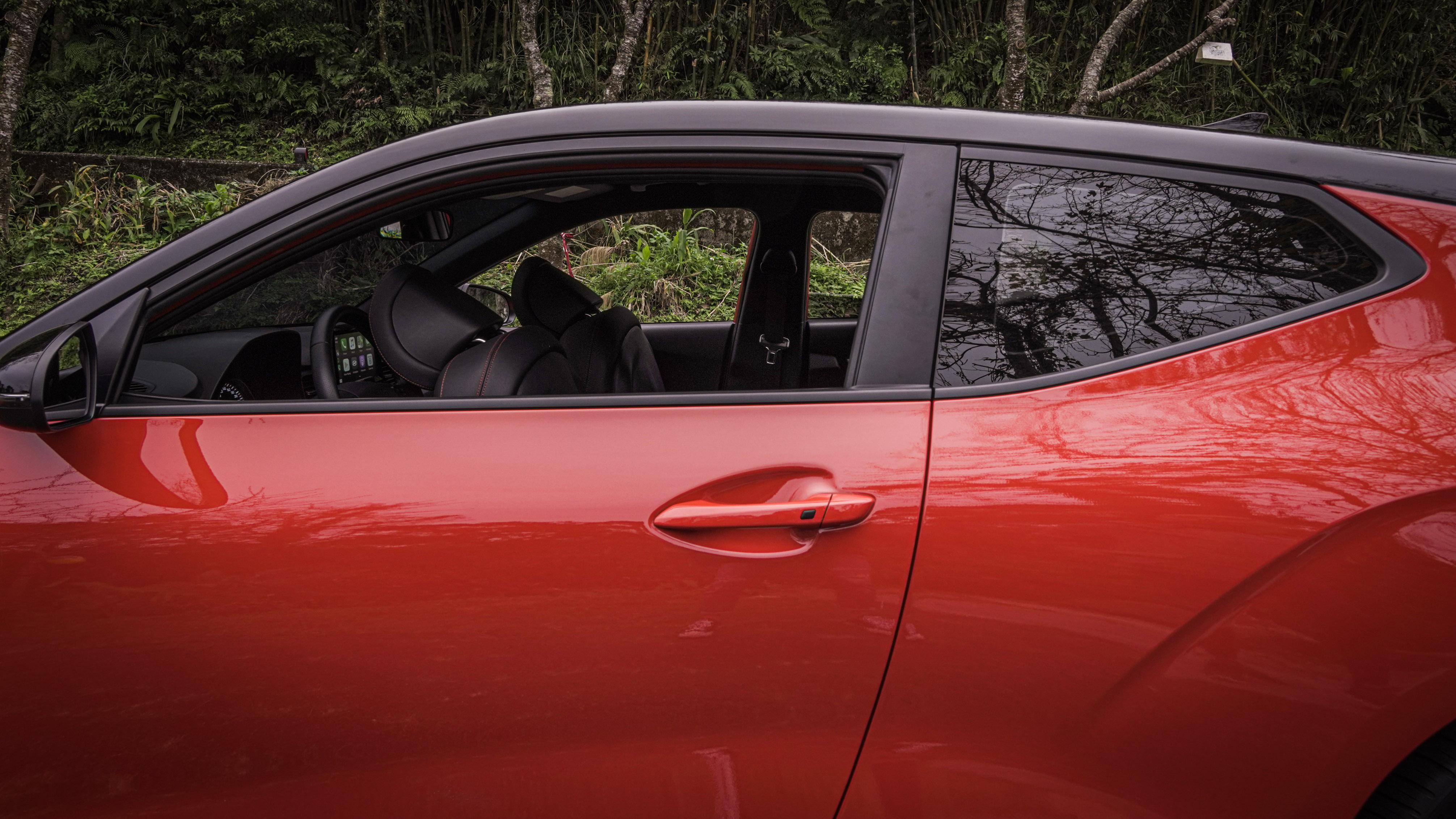 由於非對稱設計,正副駕駛車門長度不同。