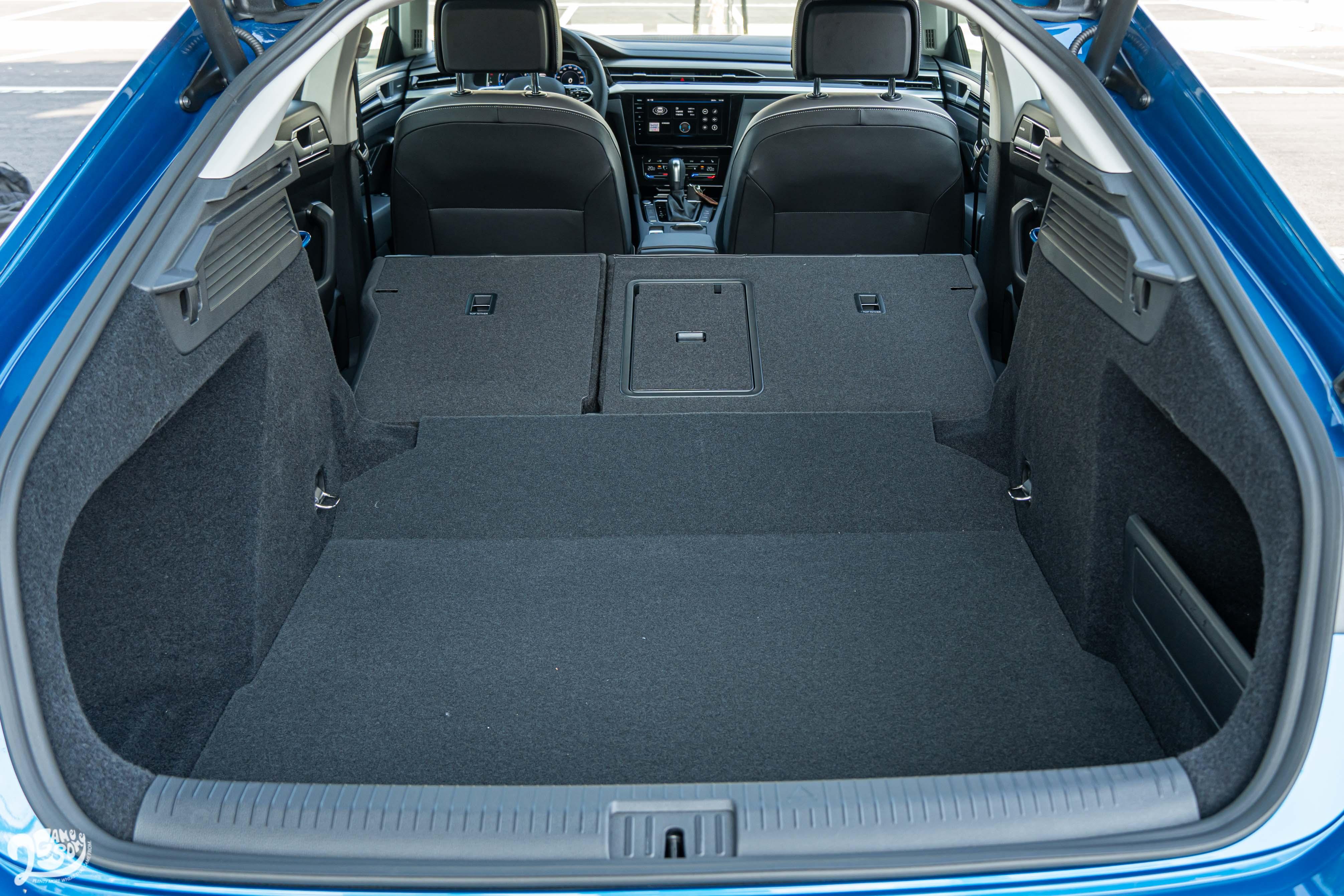 傾倒後座椅背後,置物容積更可擴充至 1557 公升水準。