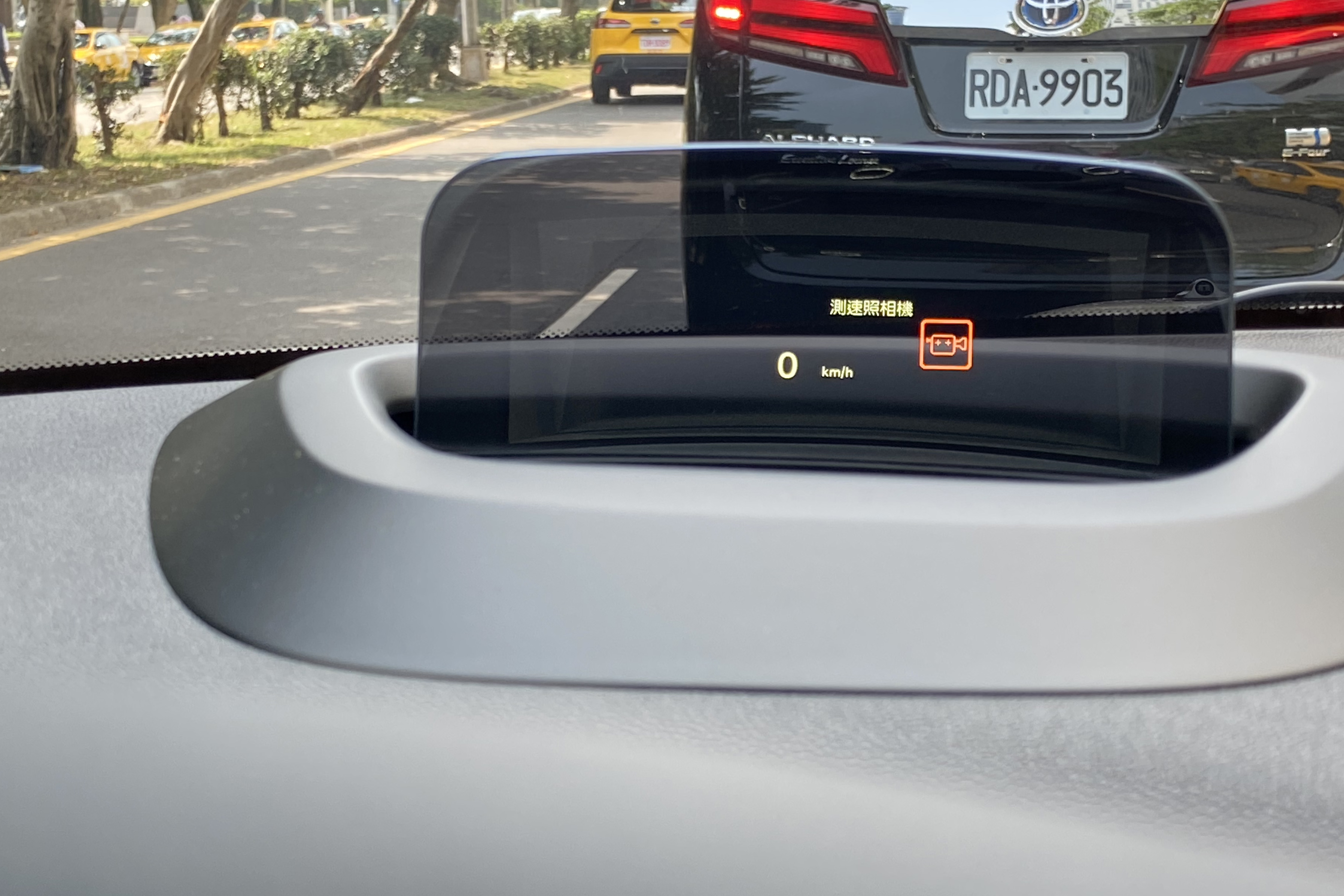 試駕車選配抬頭顯示器。