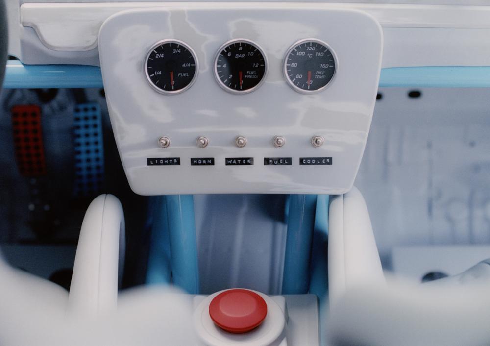 車內以簡約的賽車靈感為基礎,撤下多餘的內裝。
