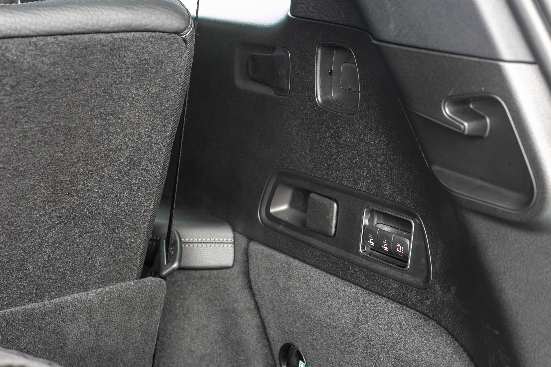 後廂右側提供第三排座椅電動收折控制鍵。